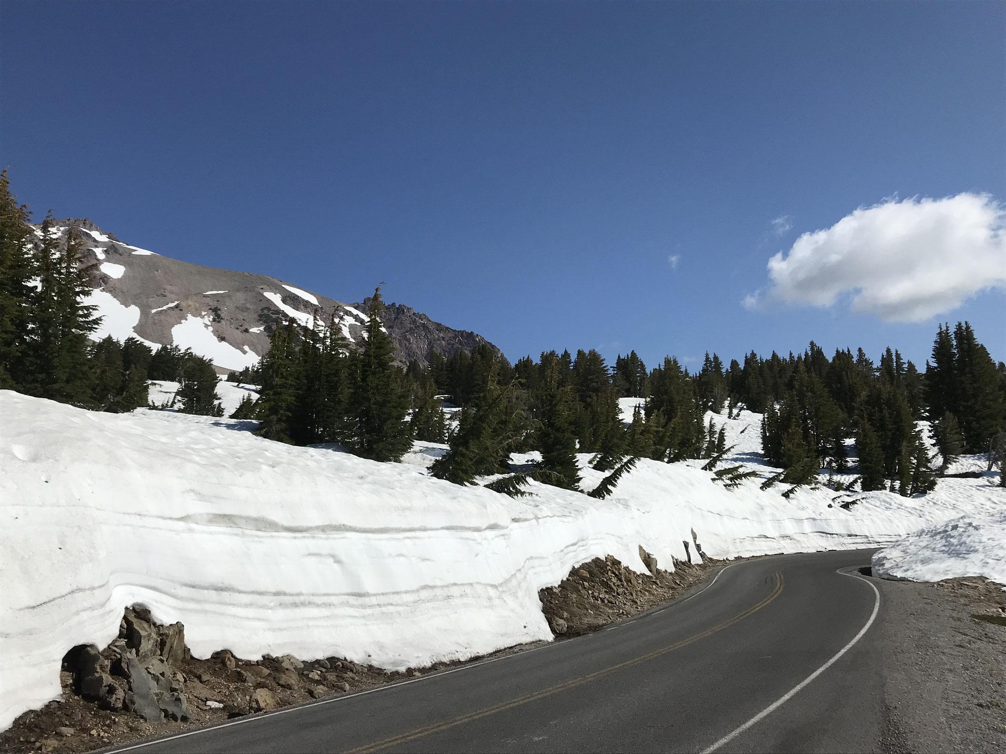 Meterhohe Schneemauern säumen die Strassen auf dem Pass.