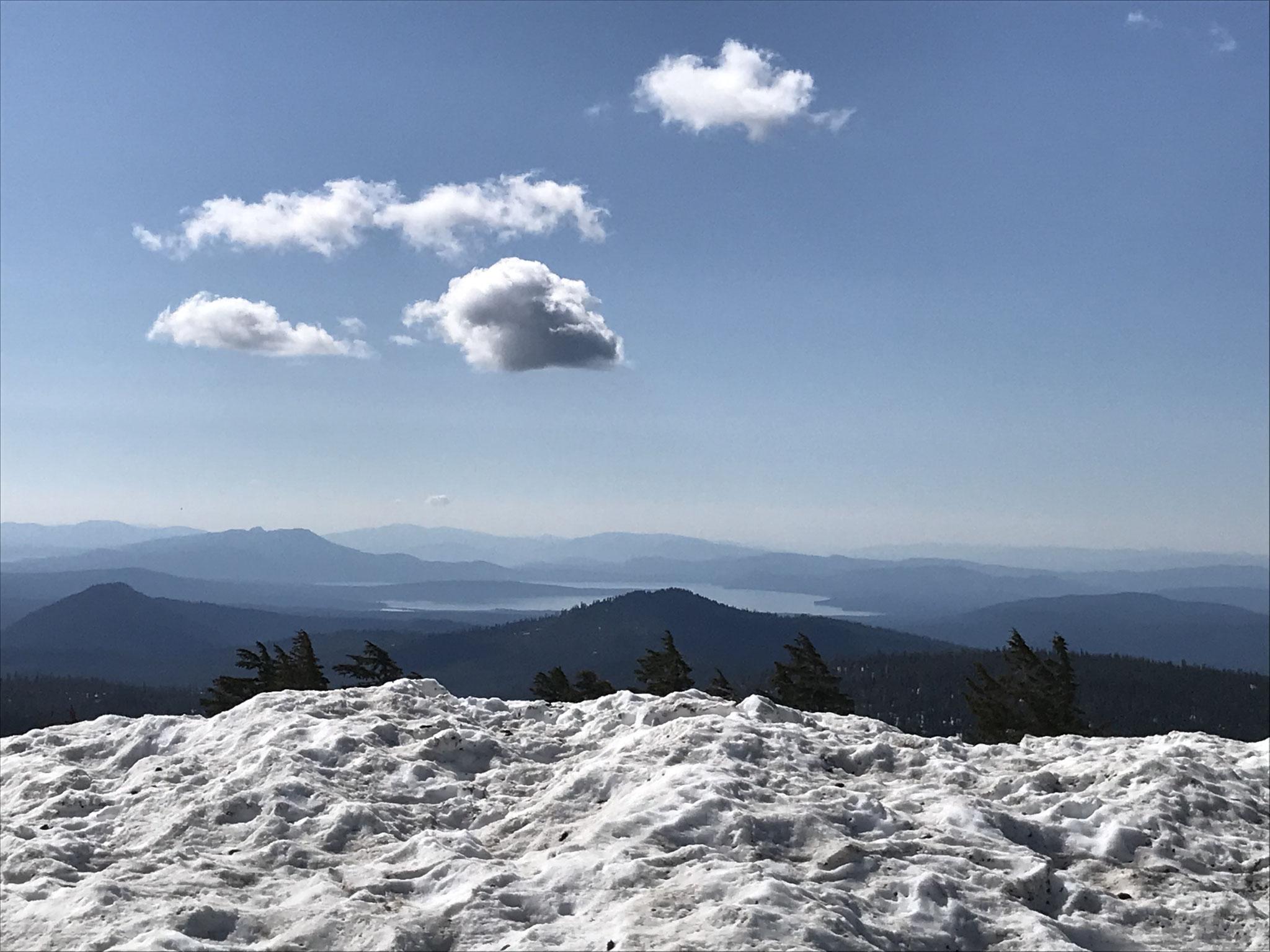 Es lag noch viel Schnee auf der Passhöhe.