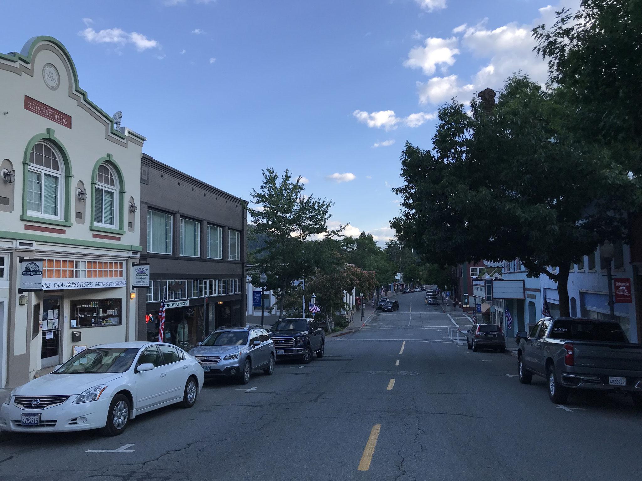 Dunsmuir ist eine Stadt von grossem  historischen Wert. Im Dorfkern sieht alles so aus, wie in den 1930 Jahren. In den alten heruntergekommenen Gebäuden hat es noch ein paar Läden, die sich so präsentieren.