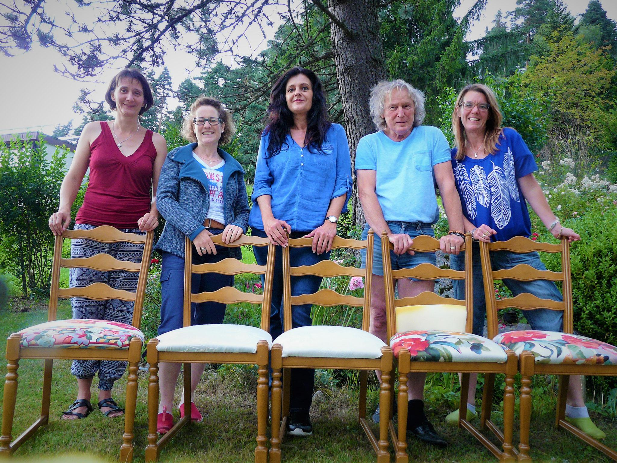 Die stolze Werkel-Crew... mit ihren Stühlen und...