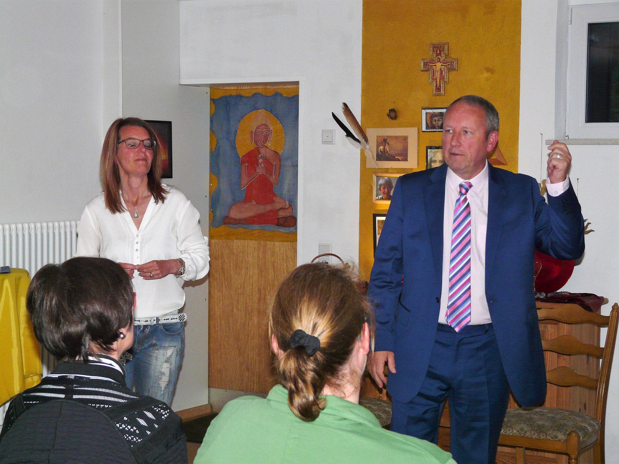 Claudia übersetzt Minister Bill Thomson