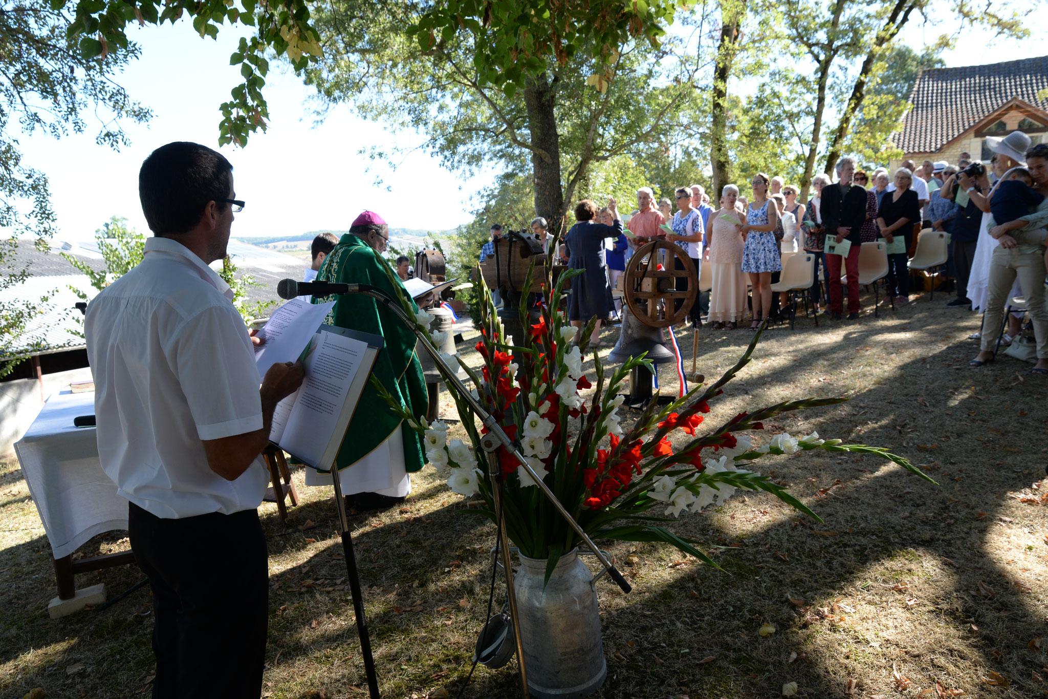 cérémonie et baptême de la cloche