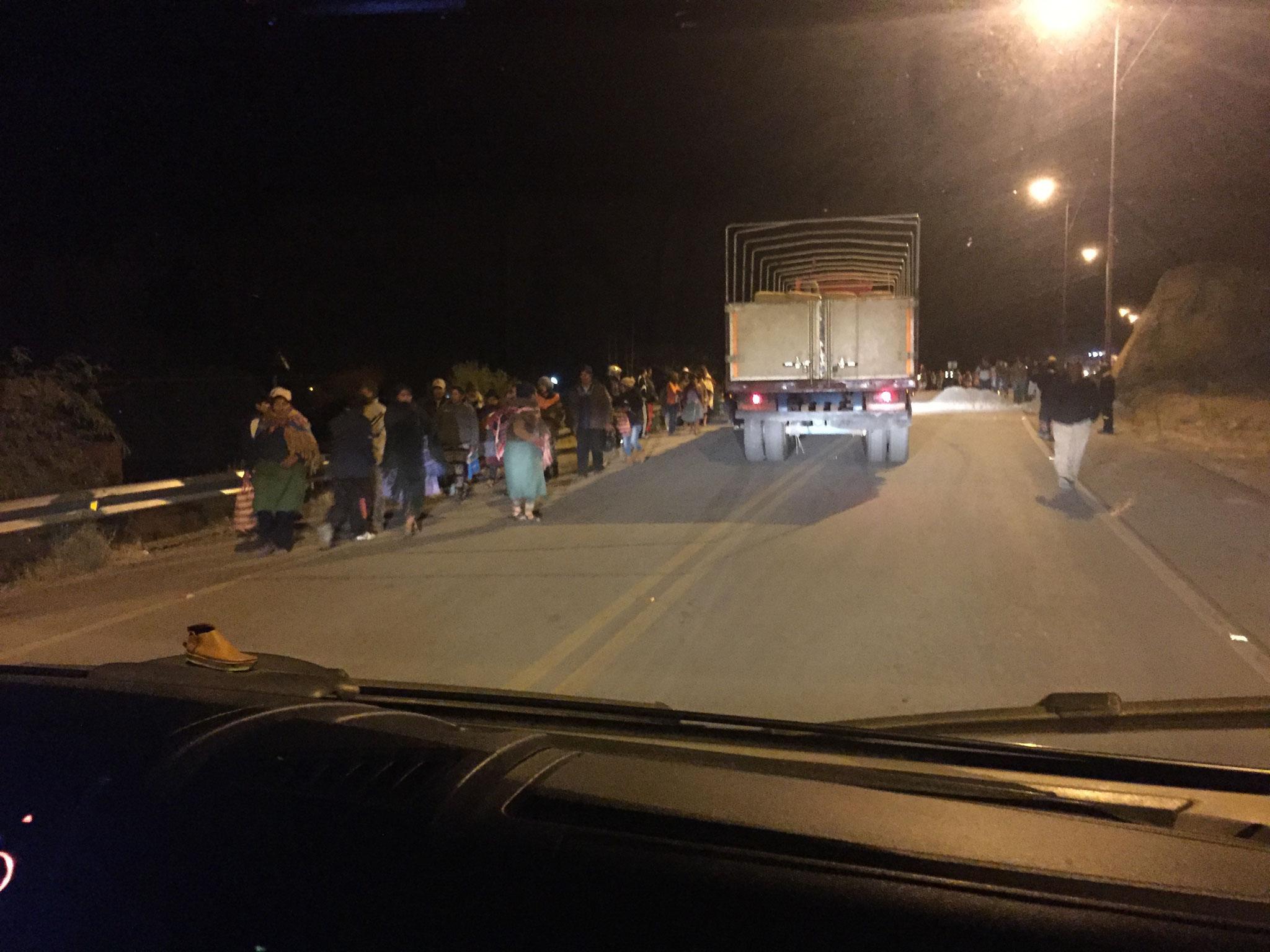 nach 48 Stunden (für uns 33 Std) wurde die Blockade von der Polizei aufgelöst
