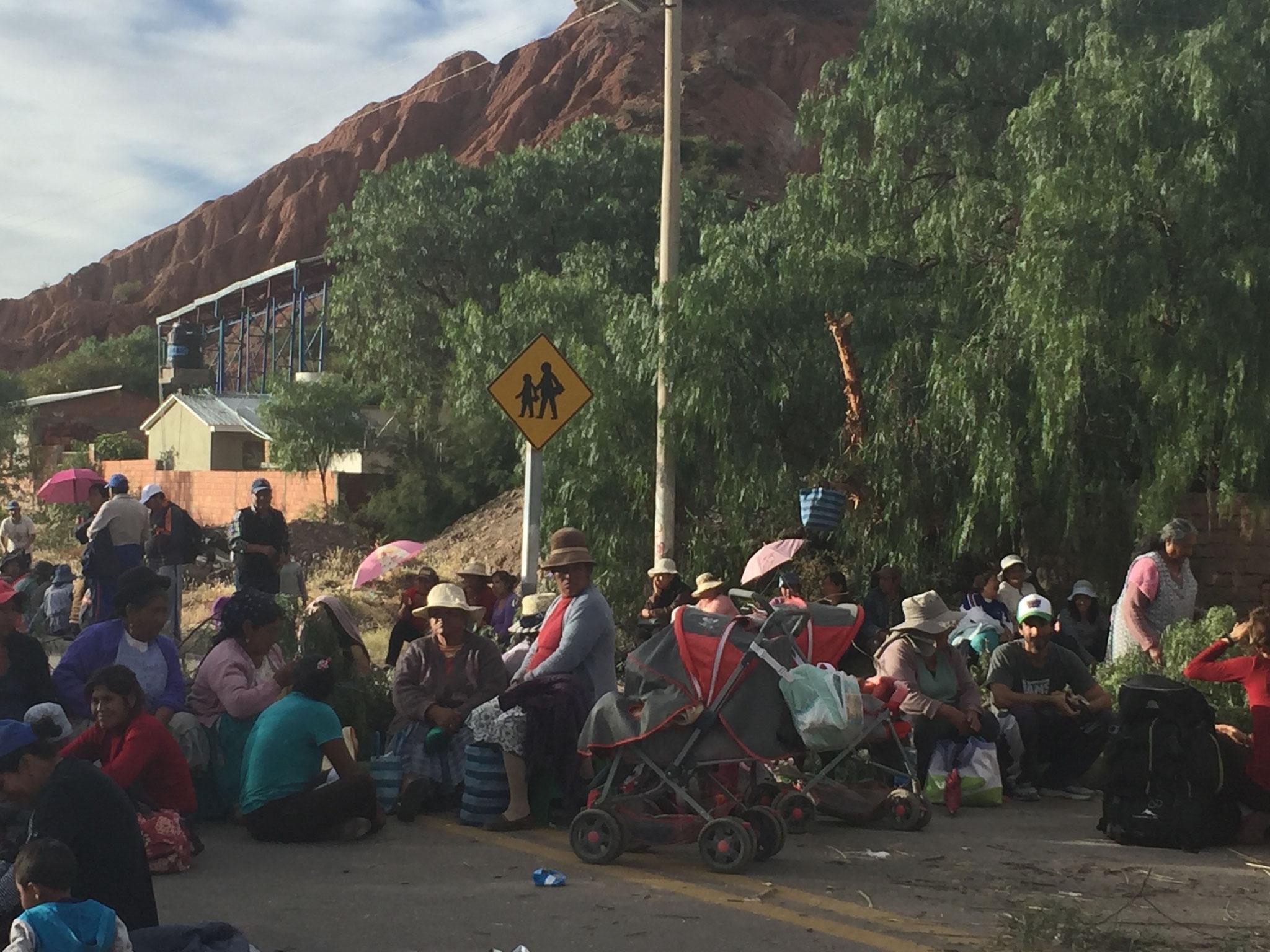 .... an der zweiten Blockadestelle erwarteten uns die ausständigen Frauen!