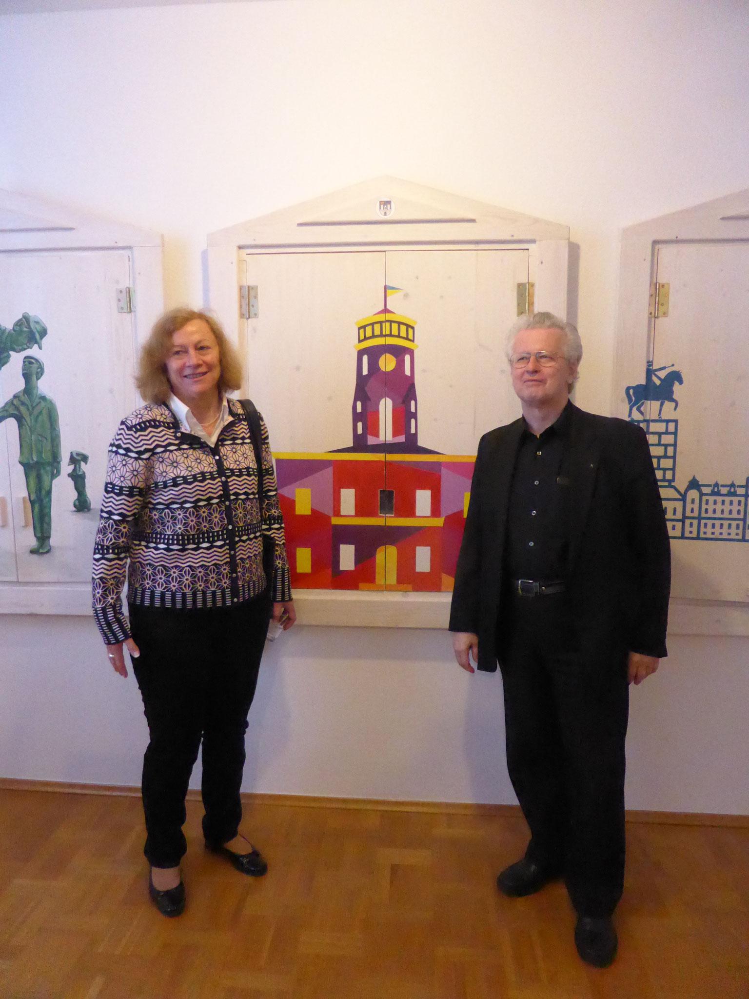 DPG-Vorsitzende G. Wisniewski und W. Philipp vor dem Fenster Tschenstochaus