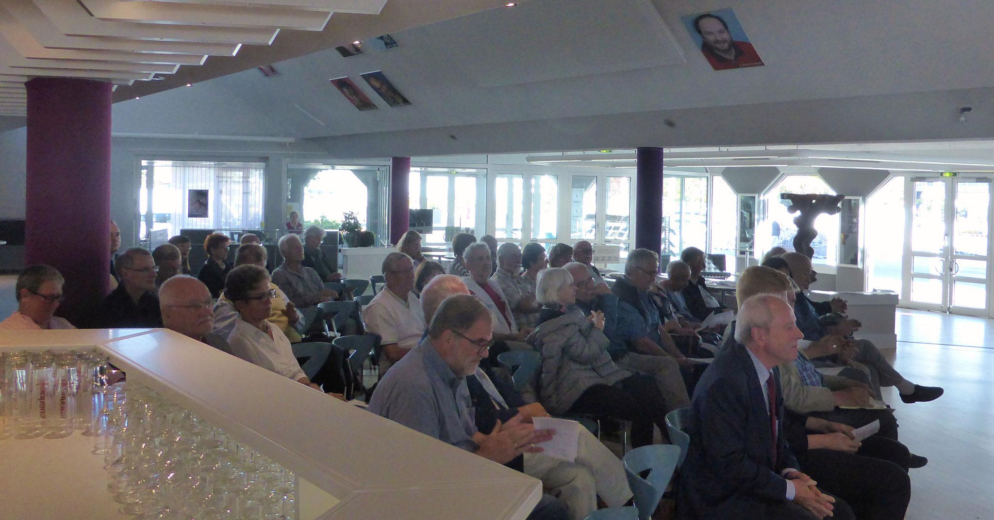 Interessierte Zuhörer im Foyer