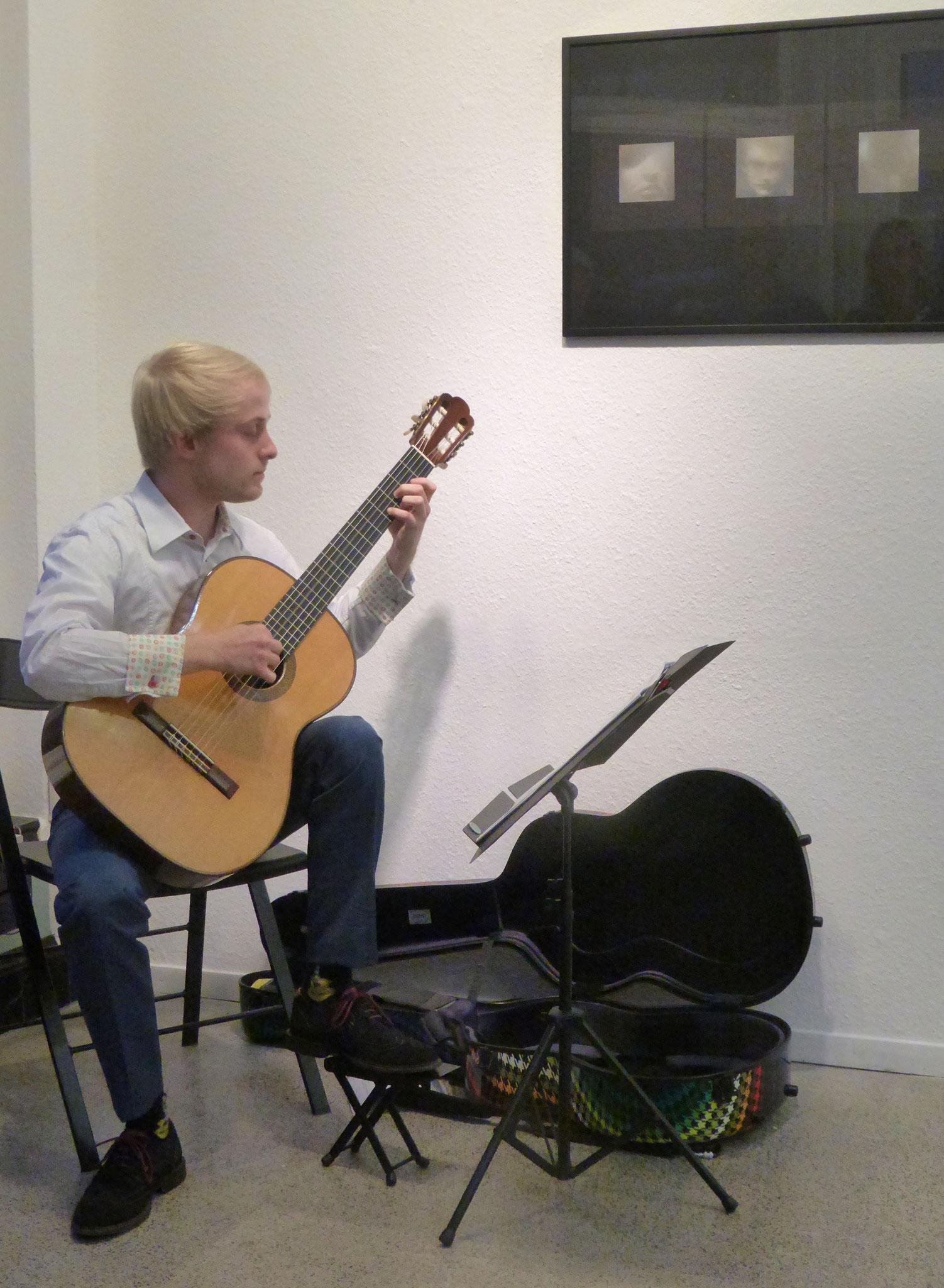 S. Bischoff musiziert bei der Vernissage