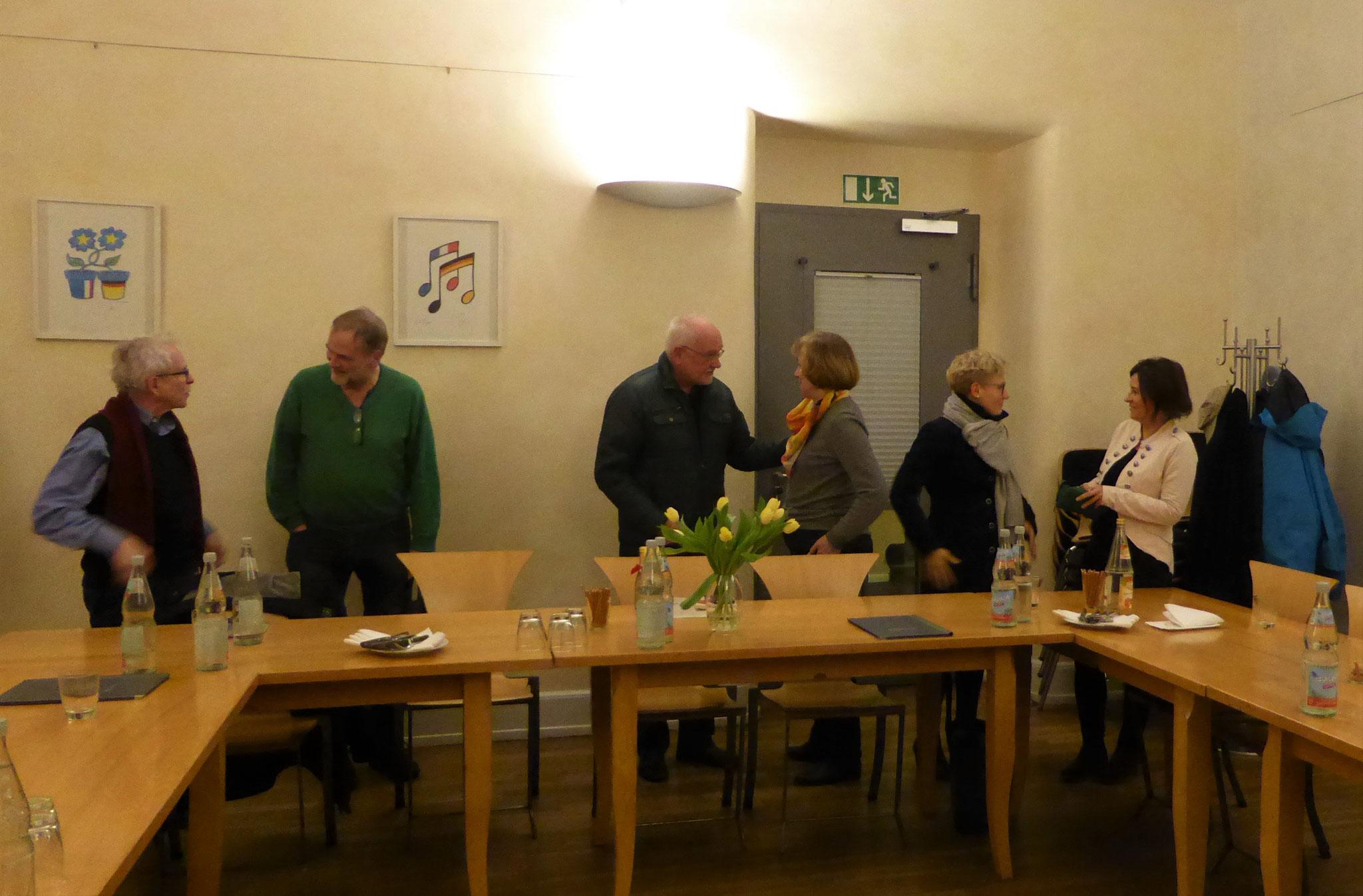 Mitglieder im Gespräch, neu dabei J. Kirsch und A. Rodziewicz-Neumann
