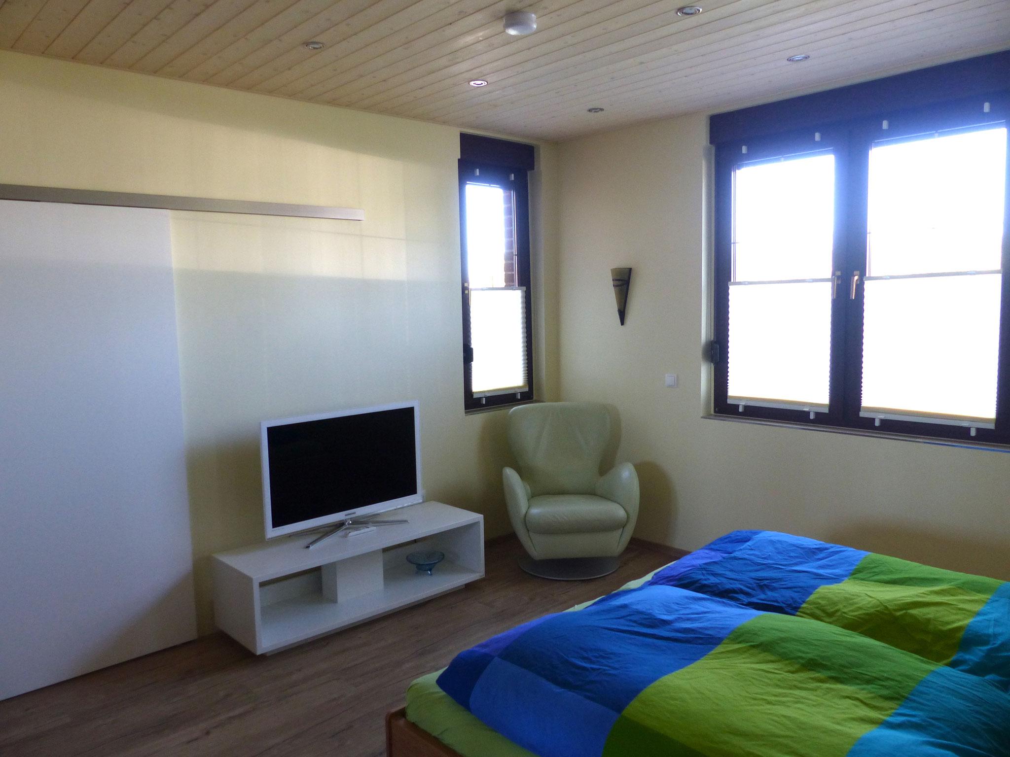 Schlafzimmer groß mit TV