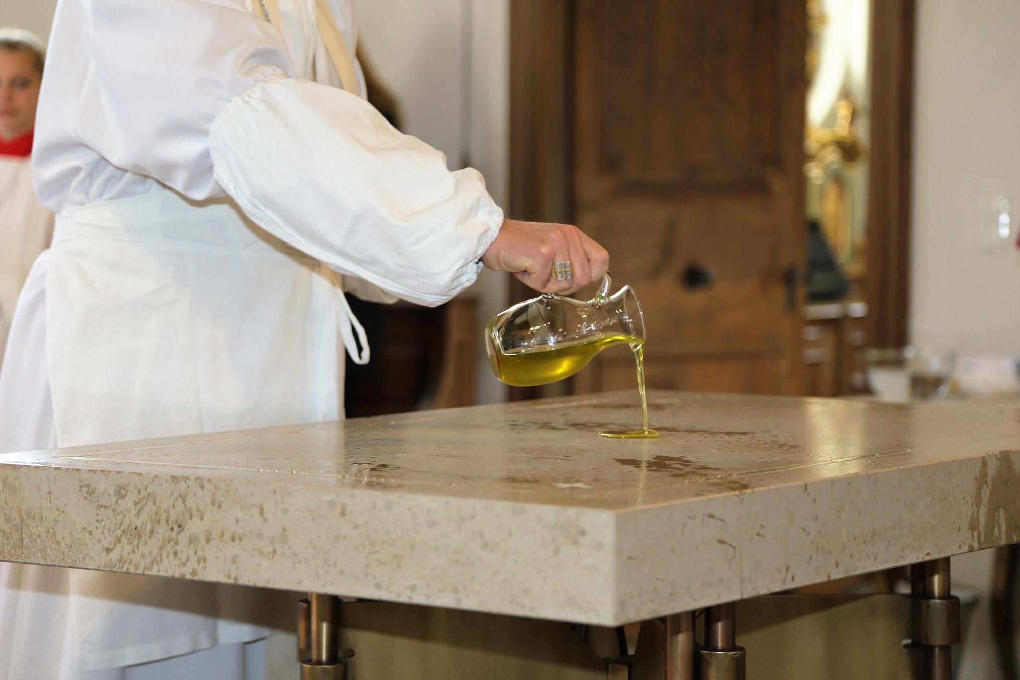 Der Bischof gießt kostbares Chrisamöl in die Mitte des Altares