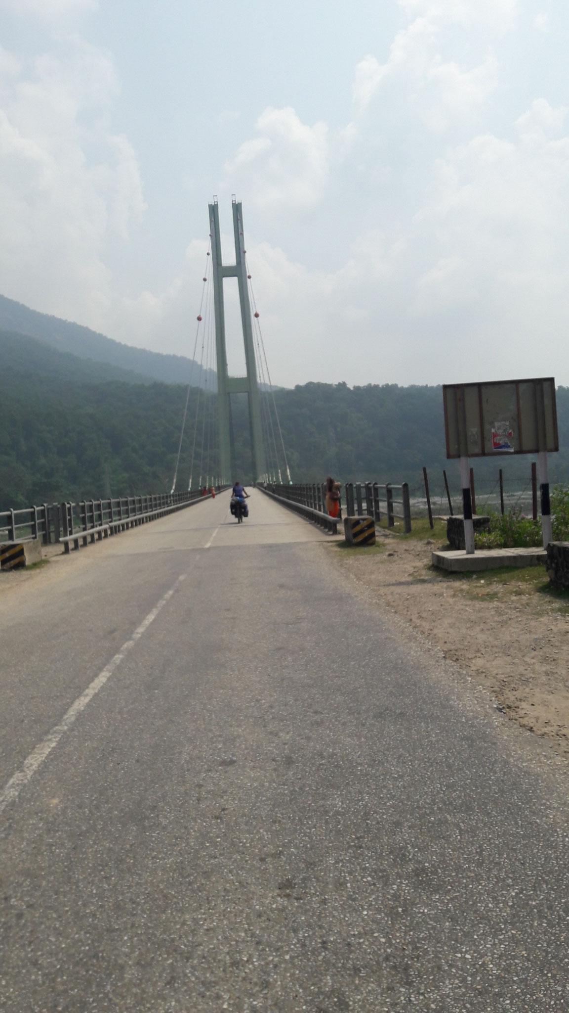 Chisapani: Brücke über den Kauriala Fluss