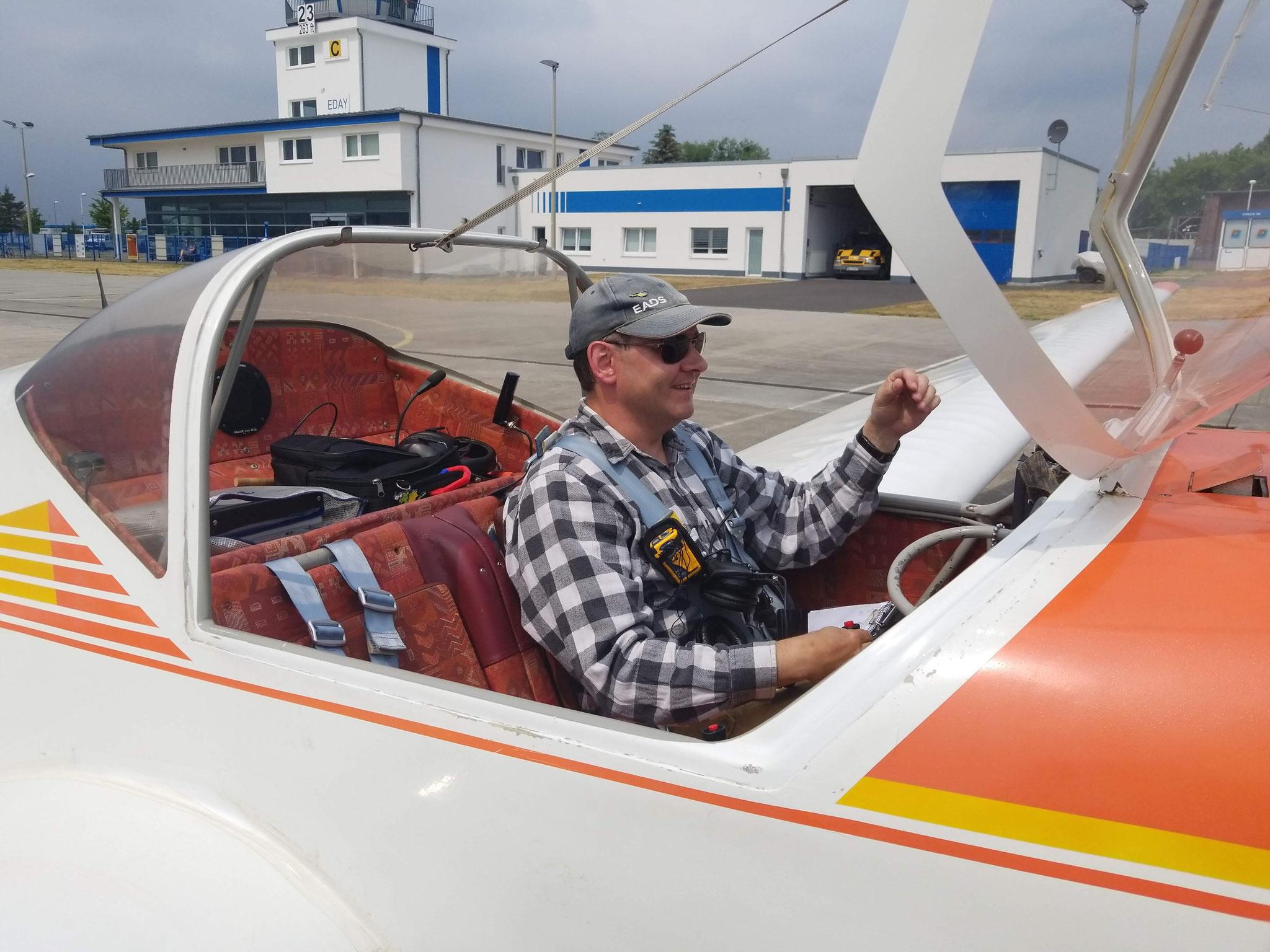 Ein strahlender Jan nach seinem ersten Alleinflug