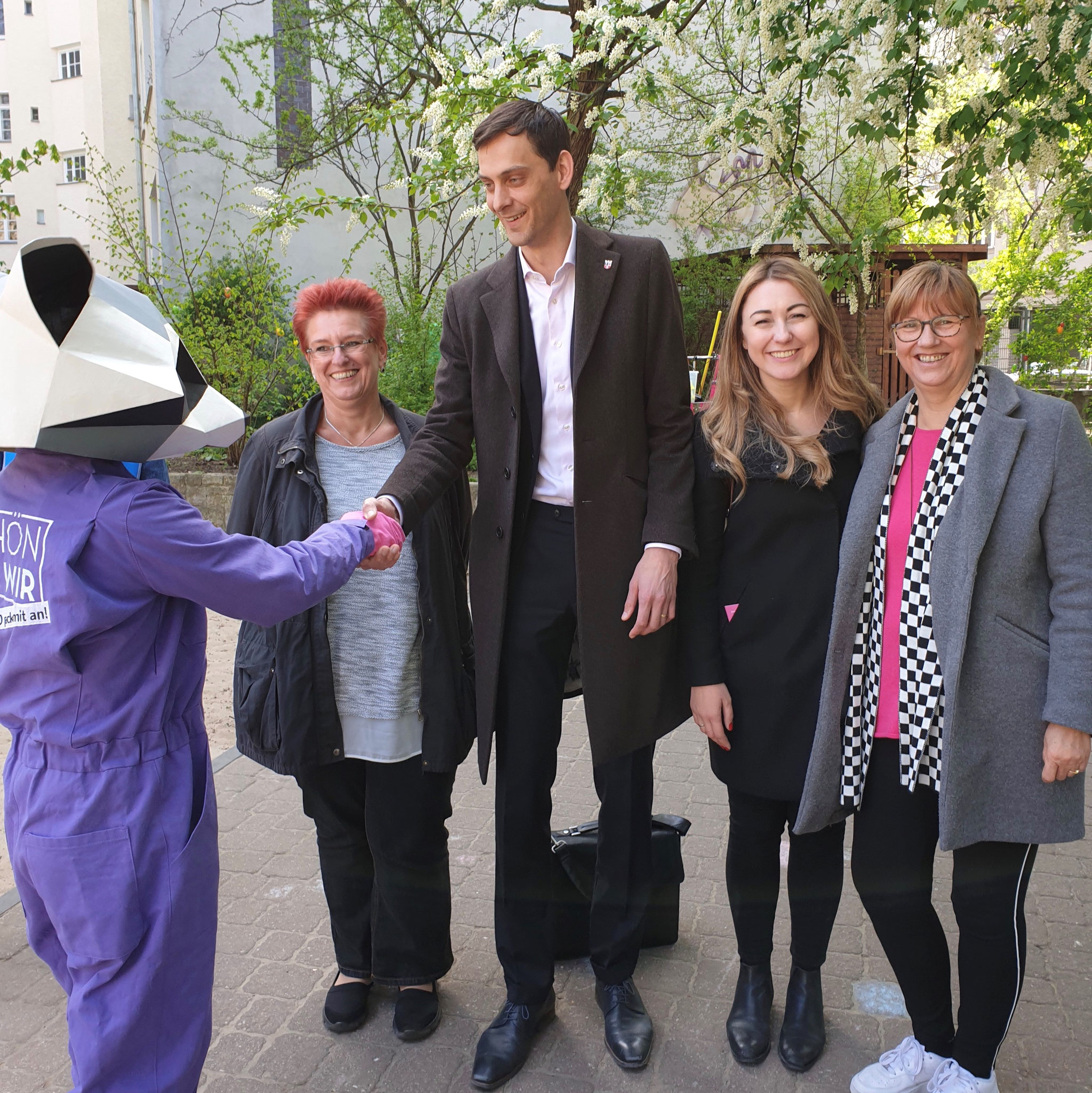 Maskottchen Lilo, Kitaleiterin Martina Valjevcic, Bezirksbürgermeister Martin Hikel, Emina Huskić (BA Neukölln) & Fachberaterin Ute Bayram