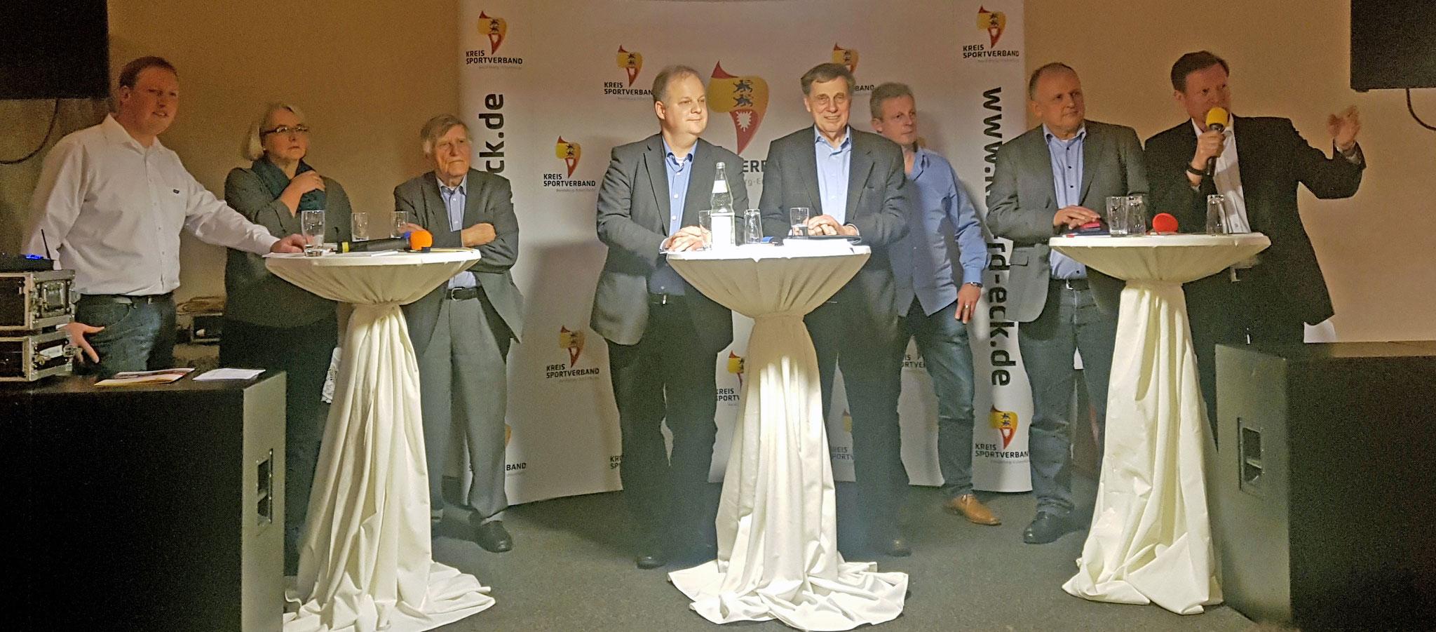 v. links: Björn Baasch (SSW), Monika Schorn (Bündnis 90 / Die Grünen), Horst Barz (FDP), Dr. Kai Dolgner (SPD), Manfred Christiansen (CDU), Stephan Heuck (SV GW Todenbüttel), Ekkehard Krull (MTV Dänischenhagen), Jochen von Allwörden (Moderator)
