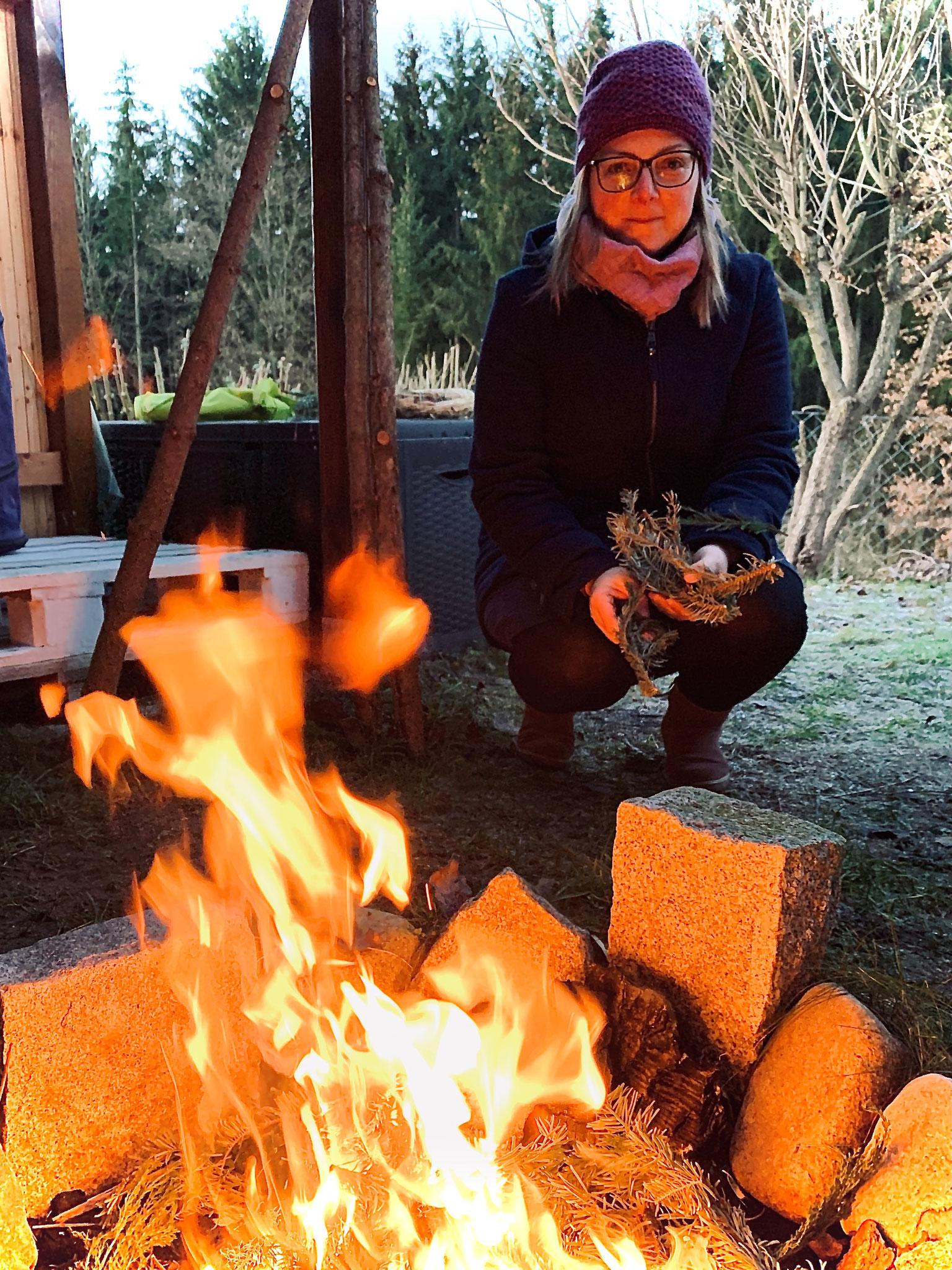Christina am Feuer