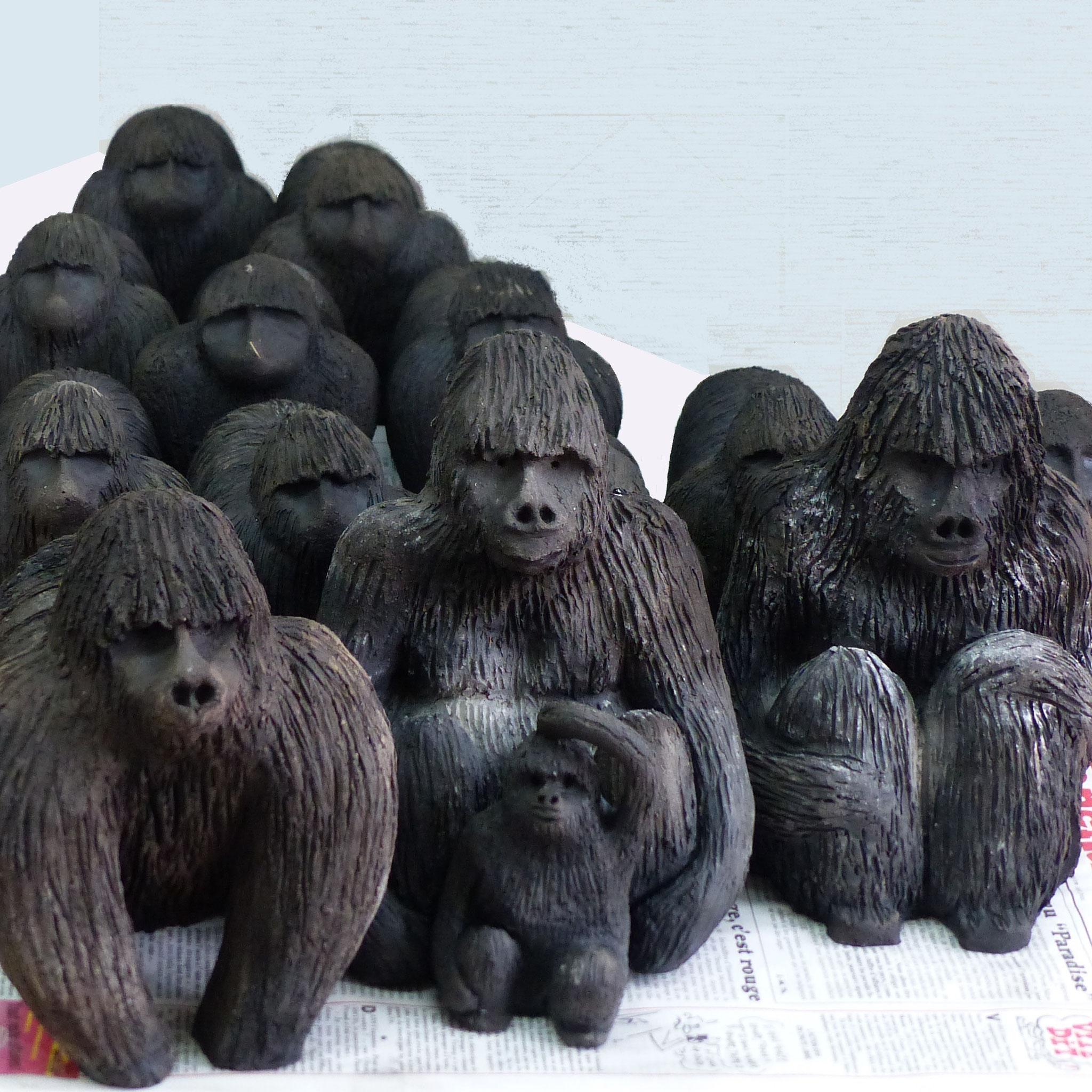 """""""Voie de l'extinction"""" Les gorilles : 18x15 cm ou 25x16 cm. Terre et enfumage Installation Annick Cammarata"""