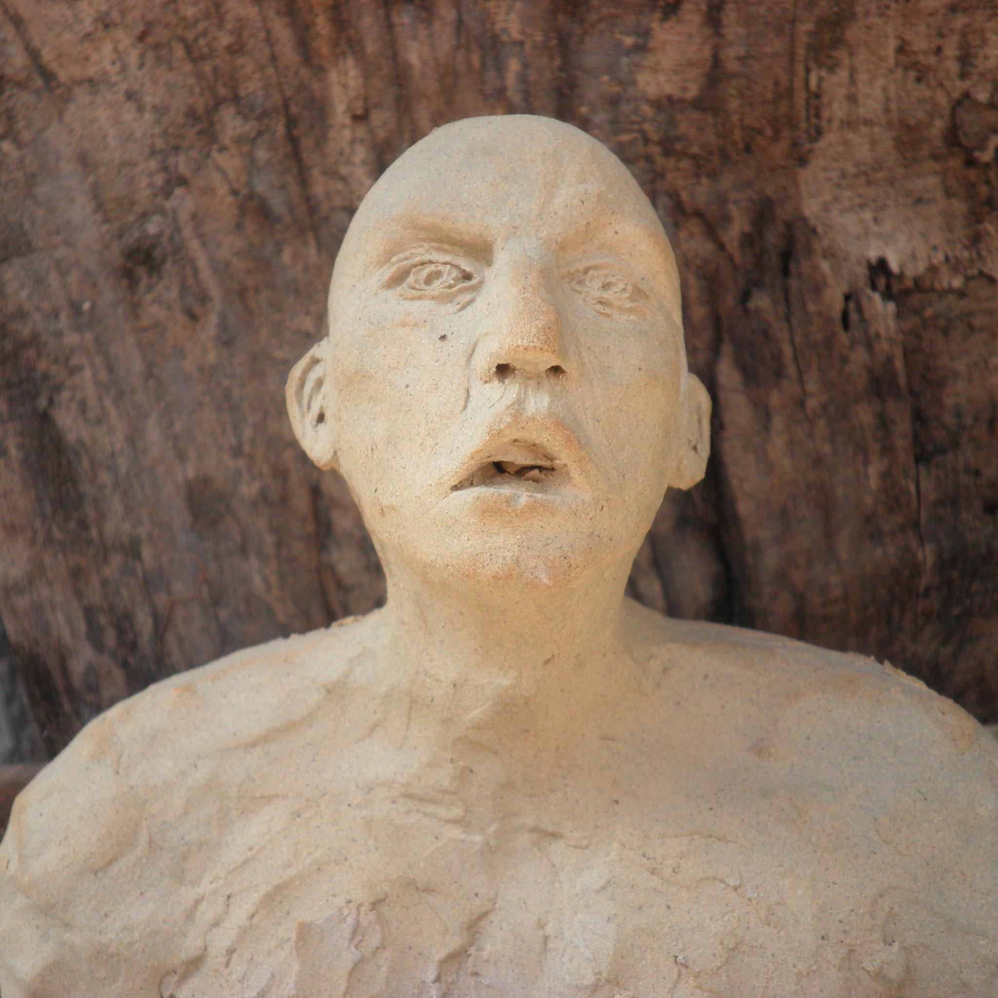 Indignation. Grès beige 12 cm Sculpture de Claudette Briand