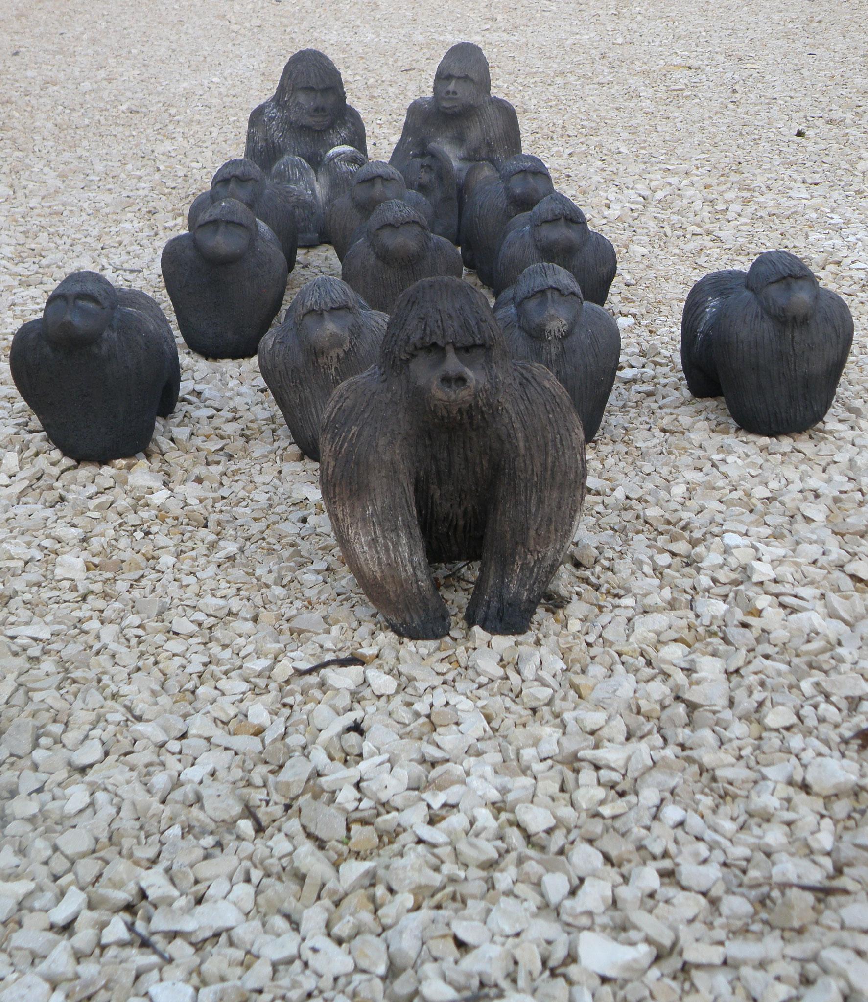 """""""Voie de l'extinction"""" Les gorilles : 18x15 cm ou 25x16 cm. Terre et enfumage. Installation Annick Cammarata"""