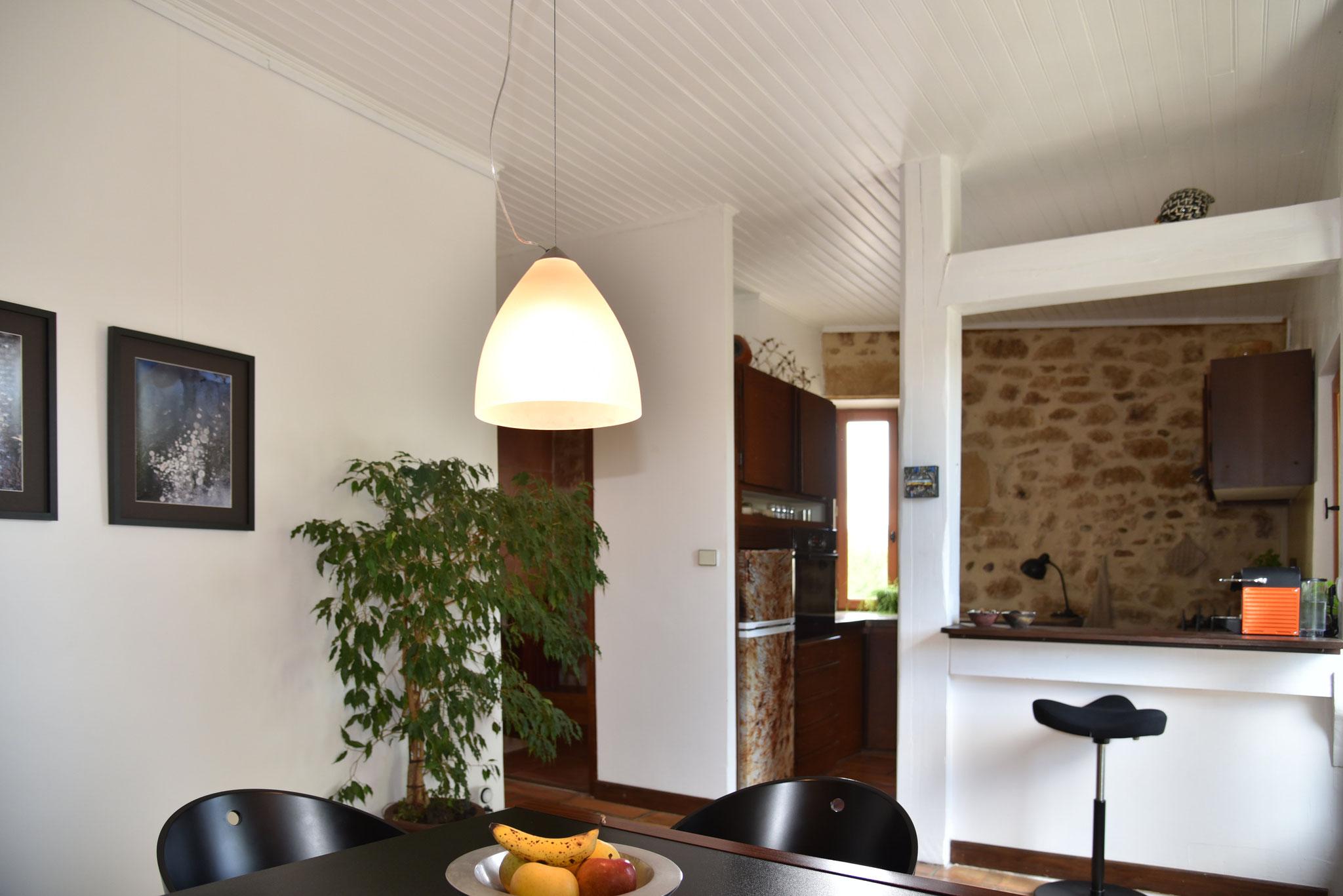 La Folie - Küche rechsts vom Eingang und Esszimmer im Eingangsbereich. Zugang zum Bad im EG