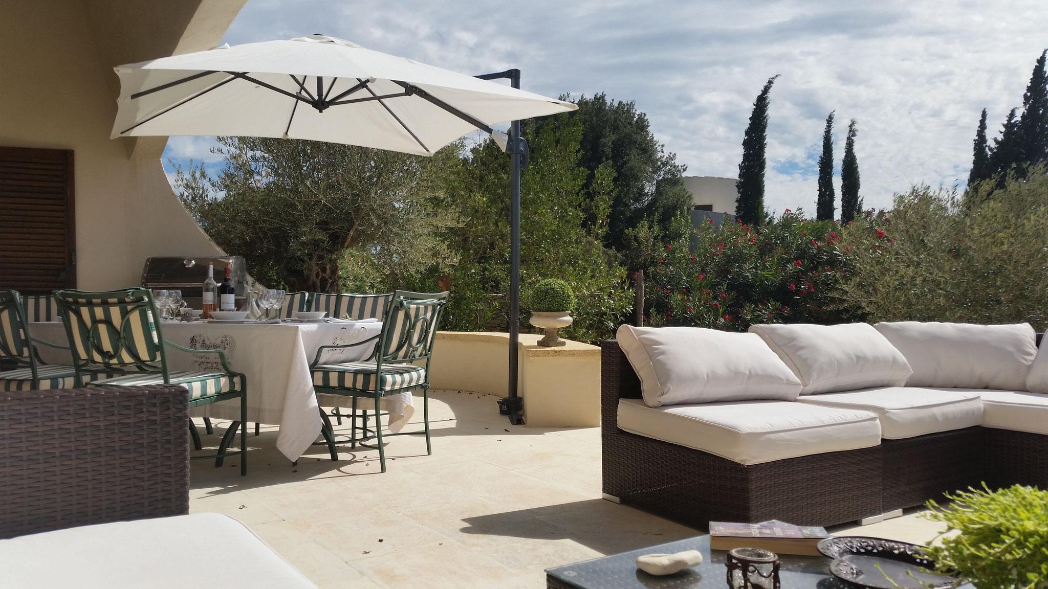 Mas de Louise - Essplatz auf der Terrasse mit WEBER-GRILL