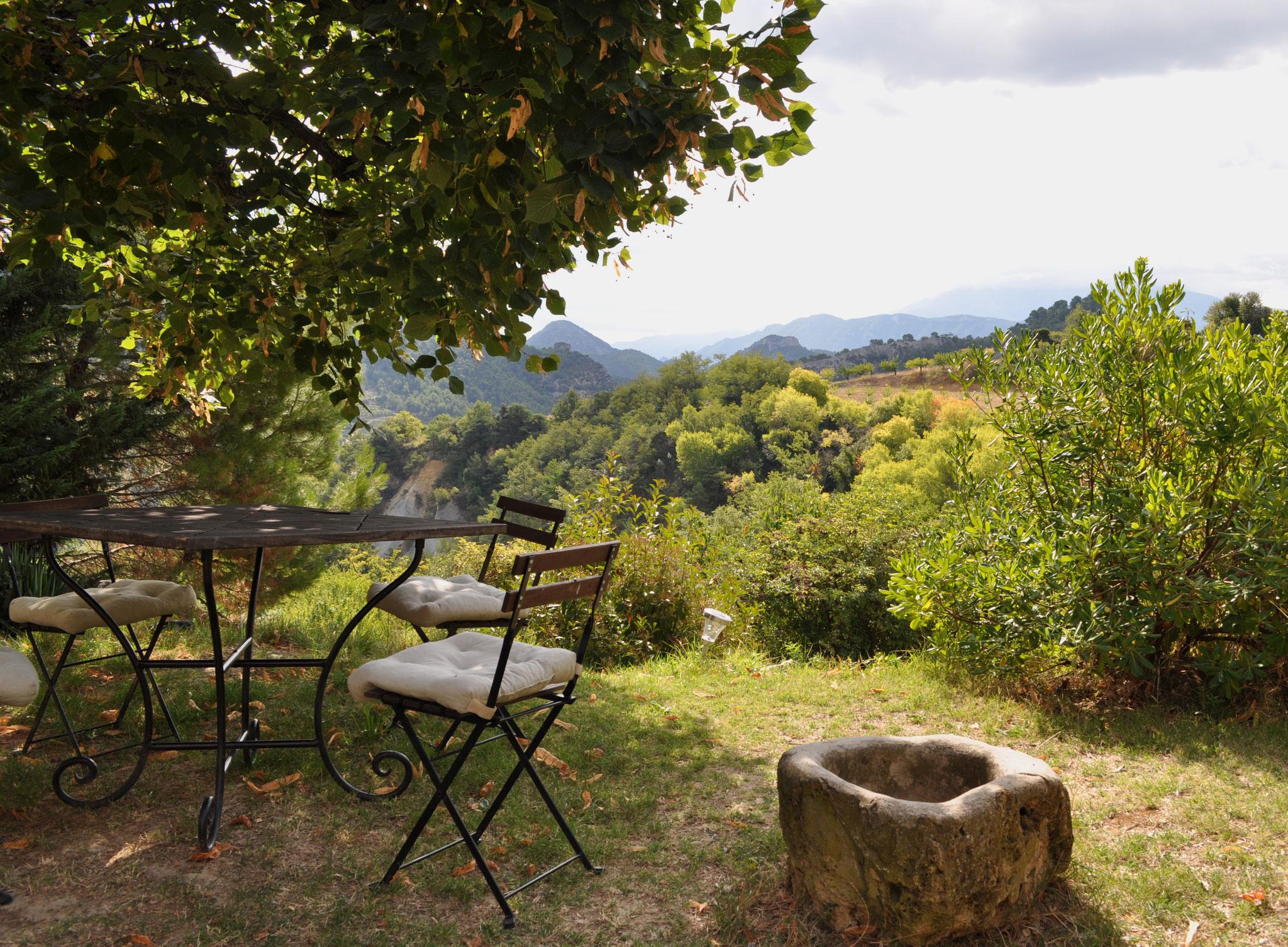 Aux Fleurs de Tilleul - ein fast romantischer Sitzplatz unter der Linde