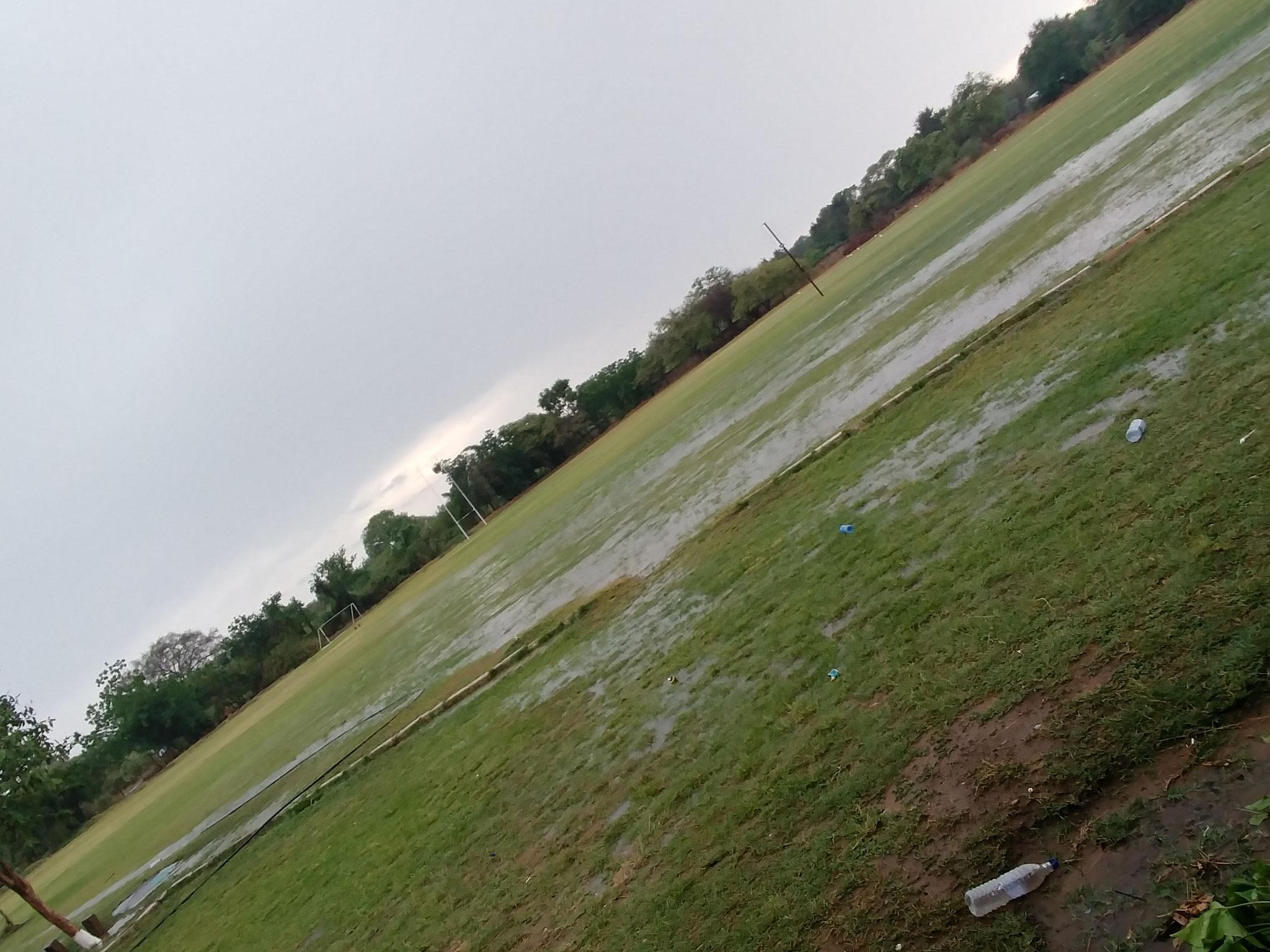 Sportplatz nach einem Gewitter - eine einzige Schlammschlacht