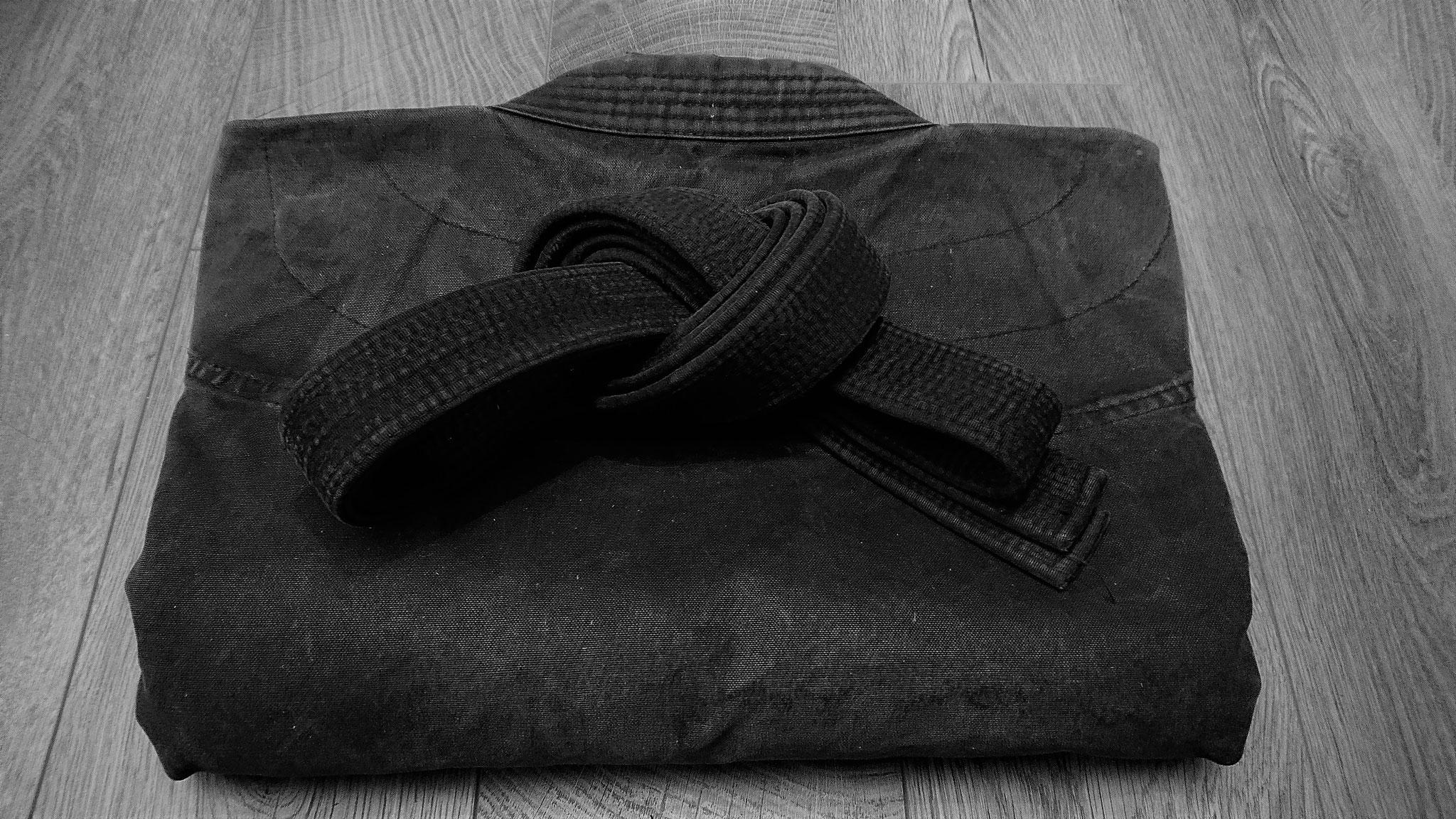 Der schwarze Gi ist die klassische Trainingskleidung im Bujinkan