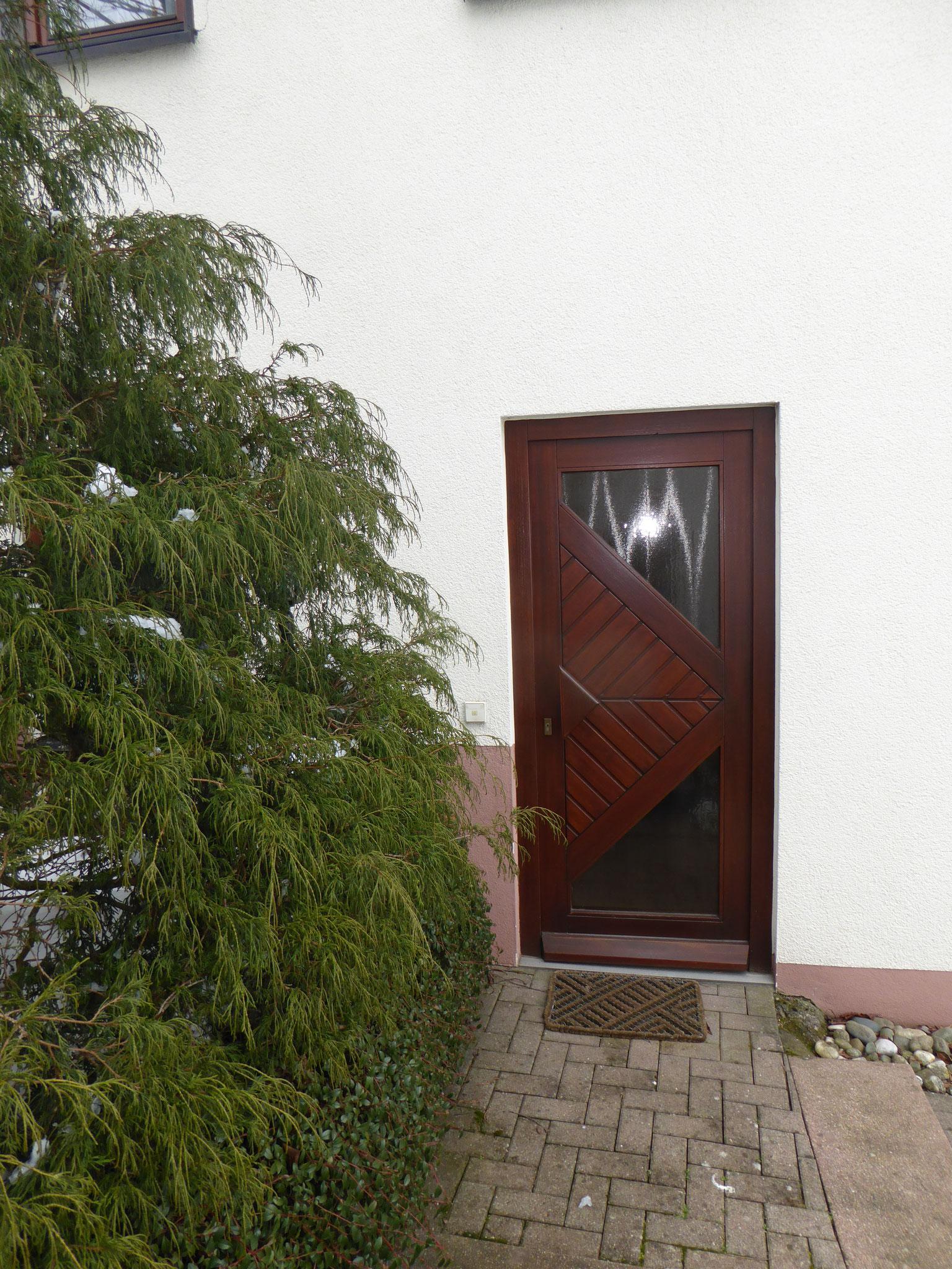 Rechts neben dem Haus führen Treppen zum Studio Eingang