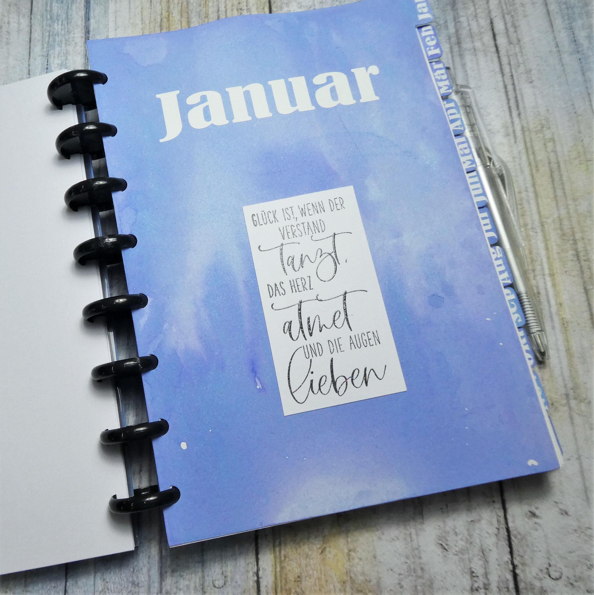 Register mit Monatsbeschriftung und Spruchstempel