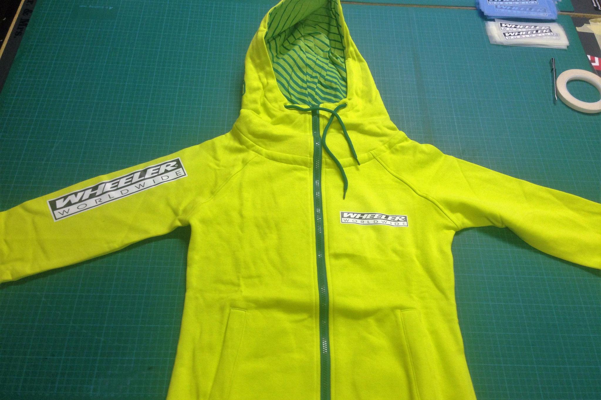 Aufdruck von WHEELER Logos auf angelieferte Jacken