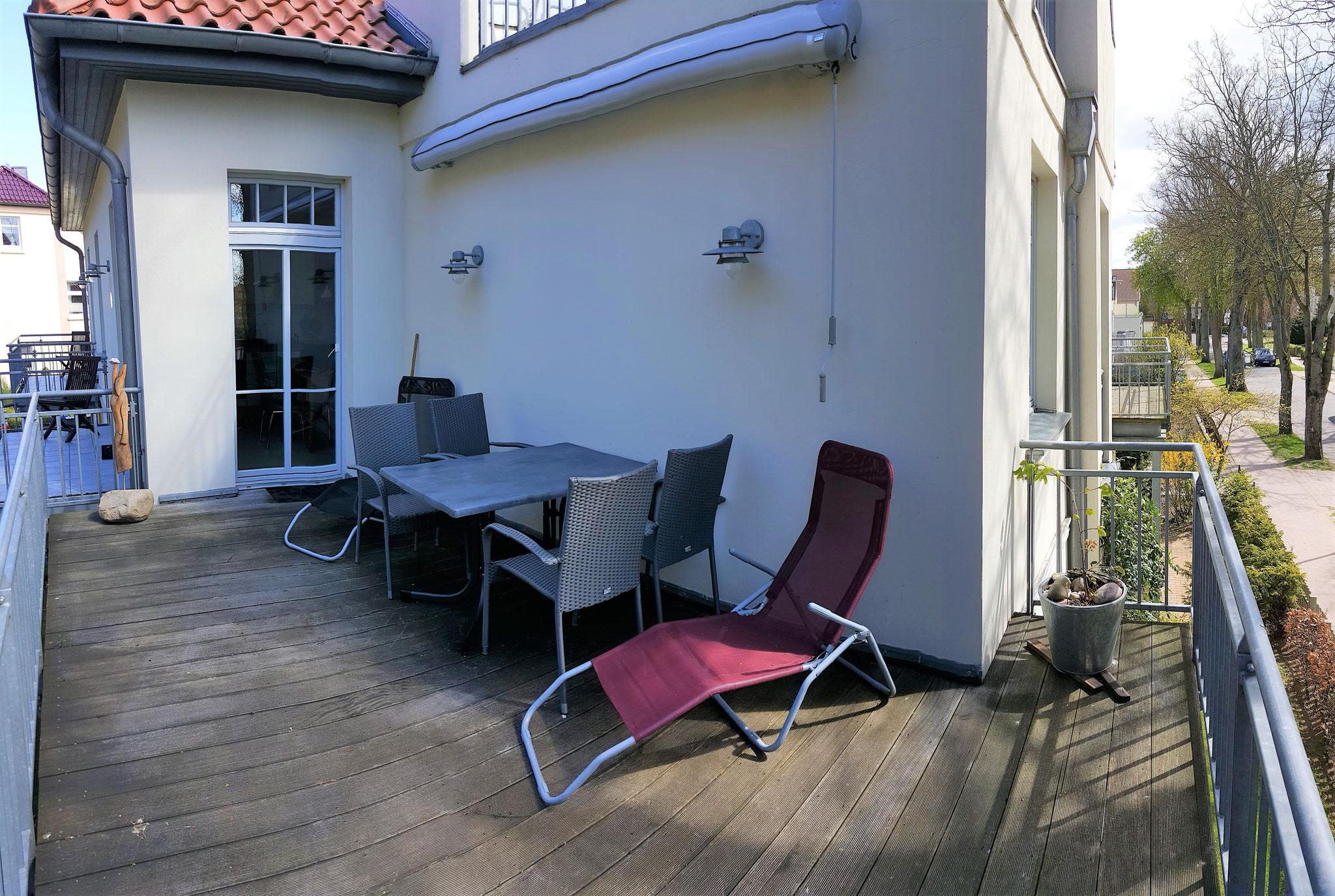 der große Balkon (Zugang von der Küche aus) mit Tisch, Stühlen, 2 Liegen, Markise ...