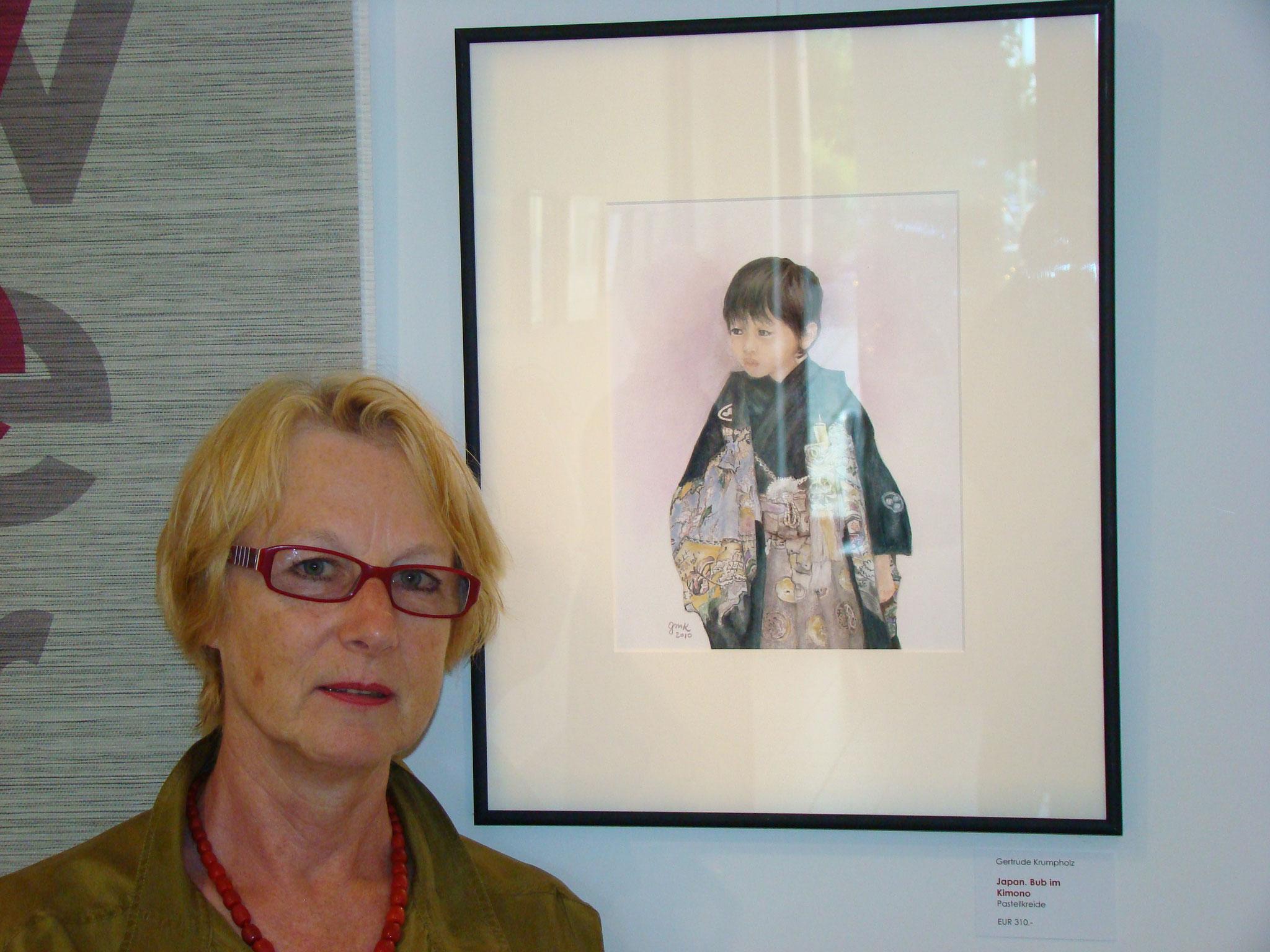 """Gertrude Krumpholz vor ihrem Bild """"Japanischer Junge im Kimono"""""""