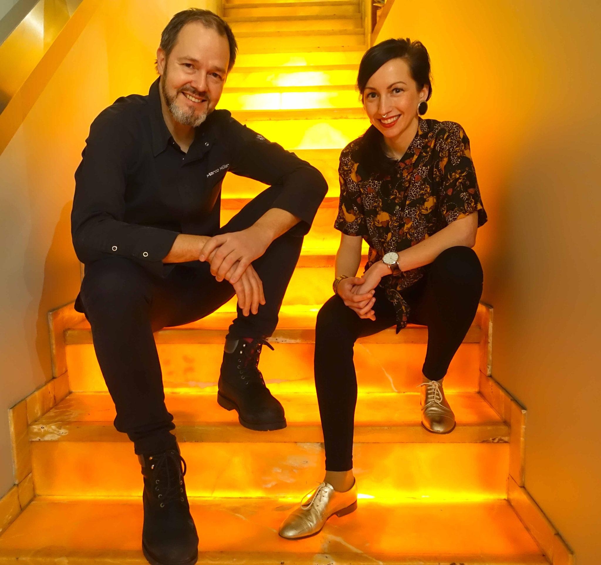 Auf der illuminierten Onyxtreppe im RUTZ kann man sich sehr gemütlich mit 2-Sterne-Köchen unterhalten.