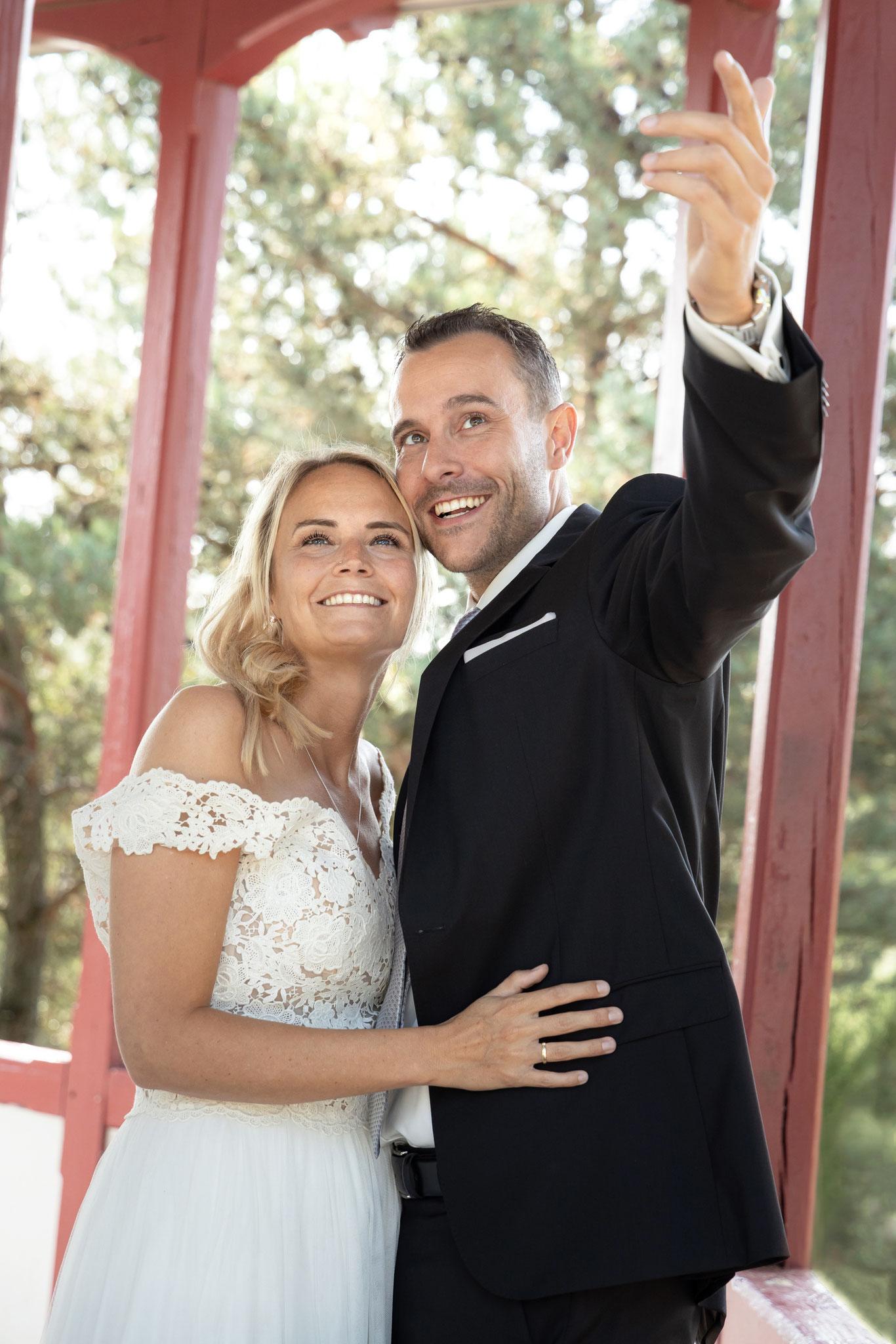 Inniges Hochzeitspärchen beim Outdoor Fotoshooting mit Fotograf vom Fotostudio Fotos mit Freude Erlangen - Fotoshooting Erlangen