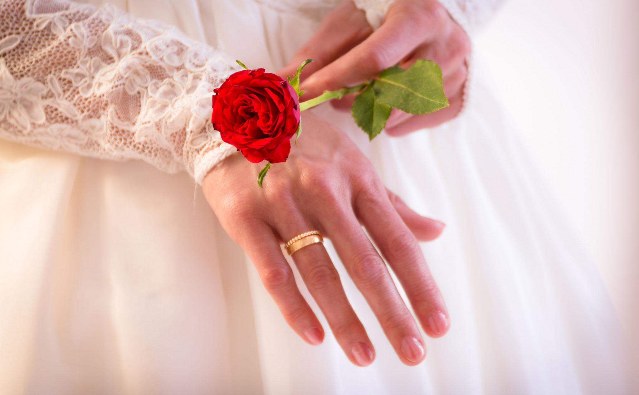 Braut-Fotoshooting mit roter Rose