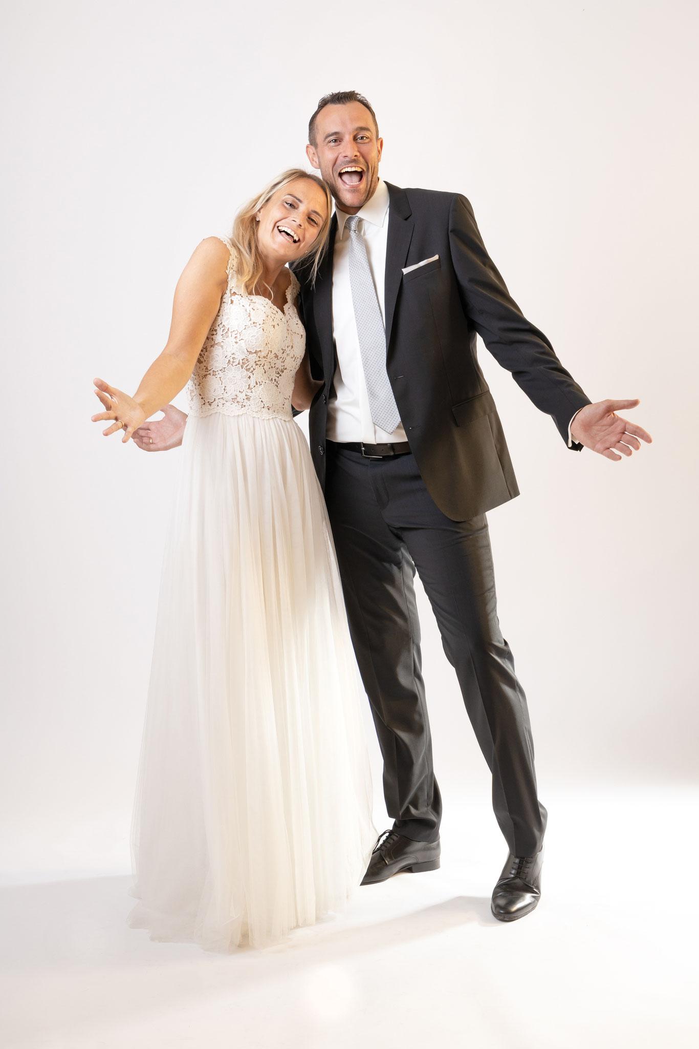 Hochzeits Fotoshooting im Studio Fotos mit Freude mit romantischen Brautkleid und Ehepaar - Fotostudio Erlangen