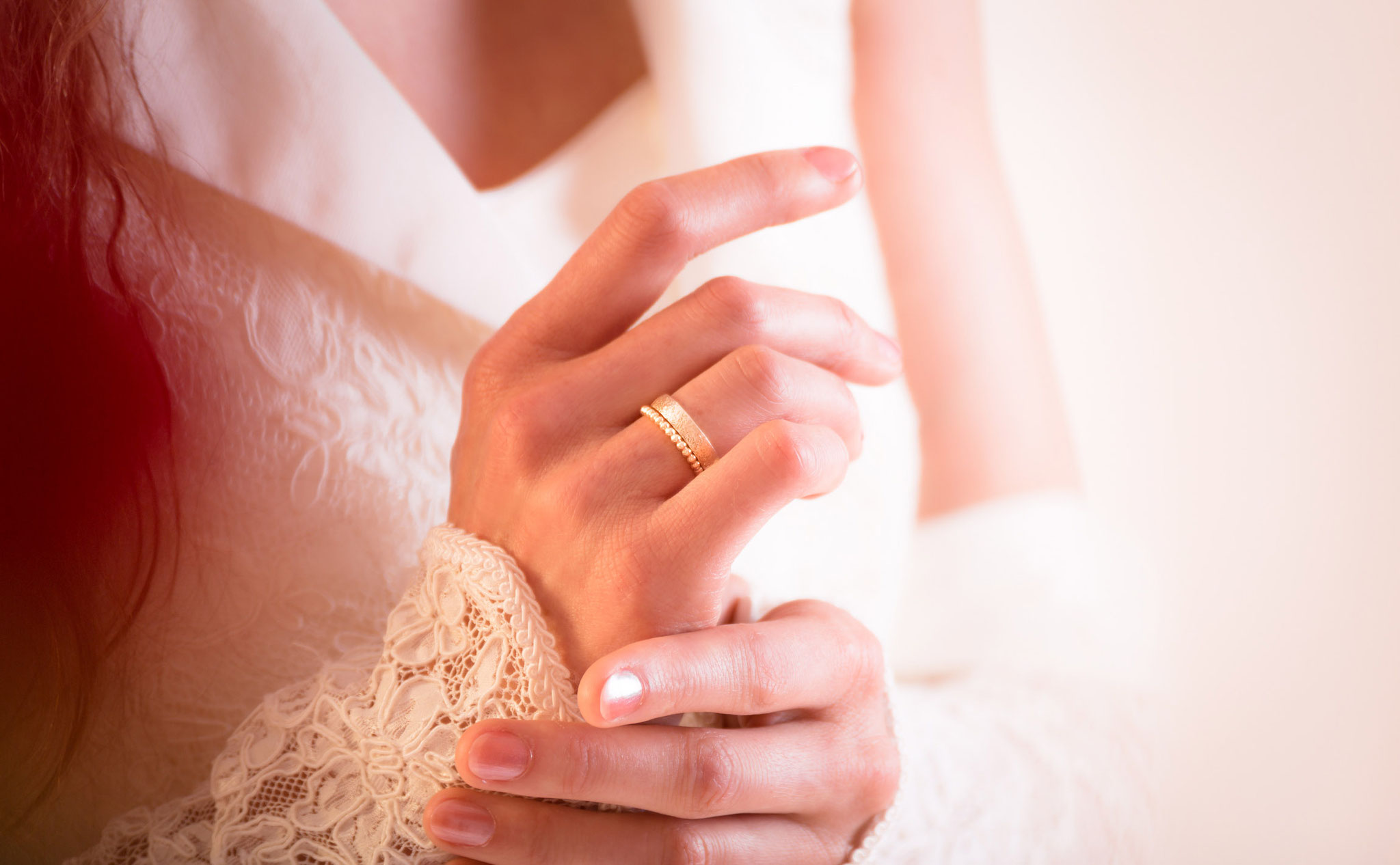 Romantischer Hochzeitsring aus Gold im Fotostudio in Erlangen