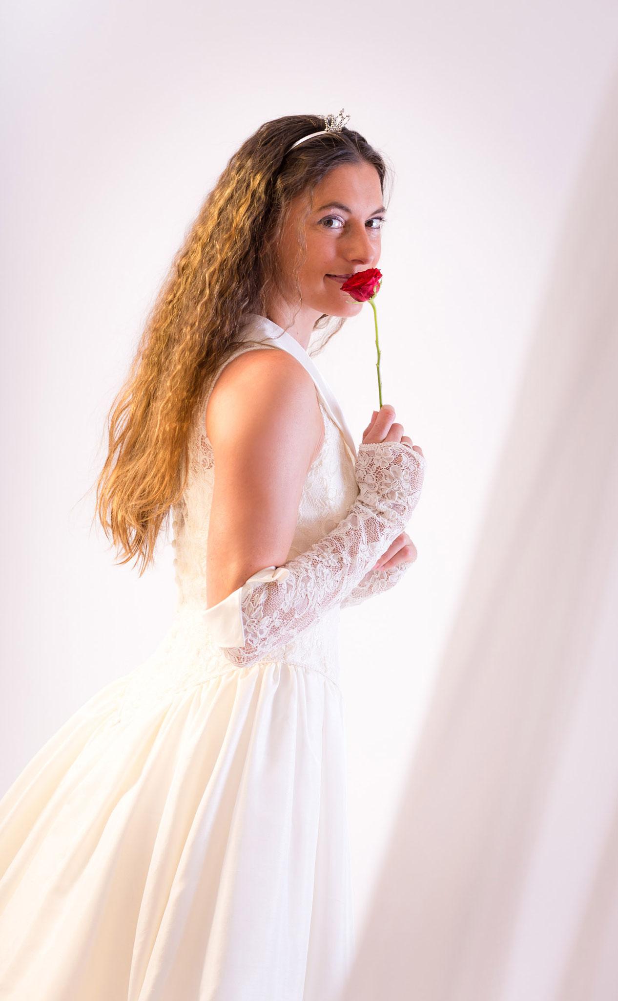 Braut aus Bamberg mit Rose aus Nürnberg beim Fotoshooting in Erlangen