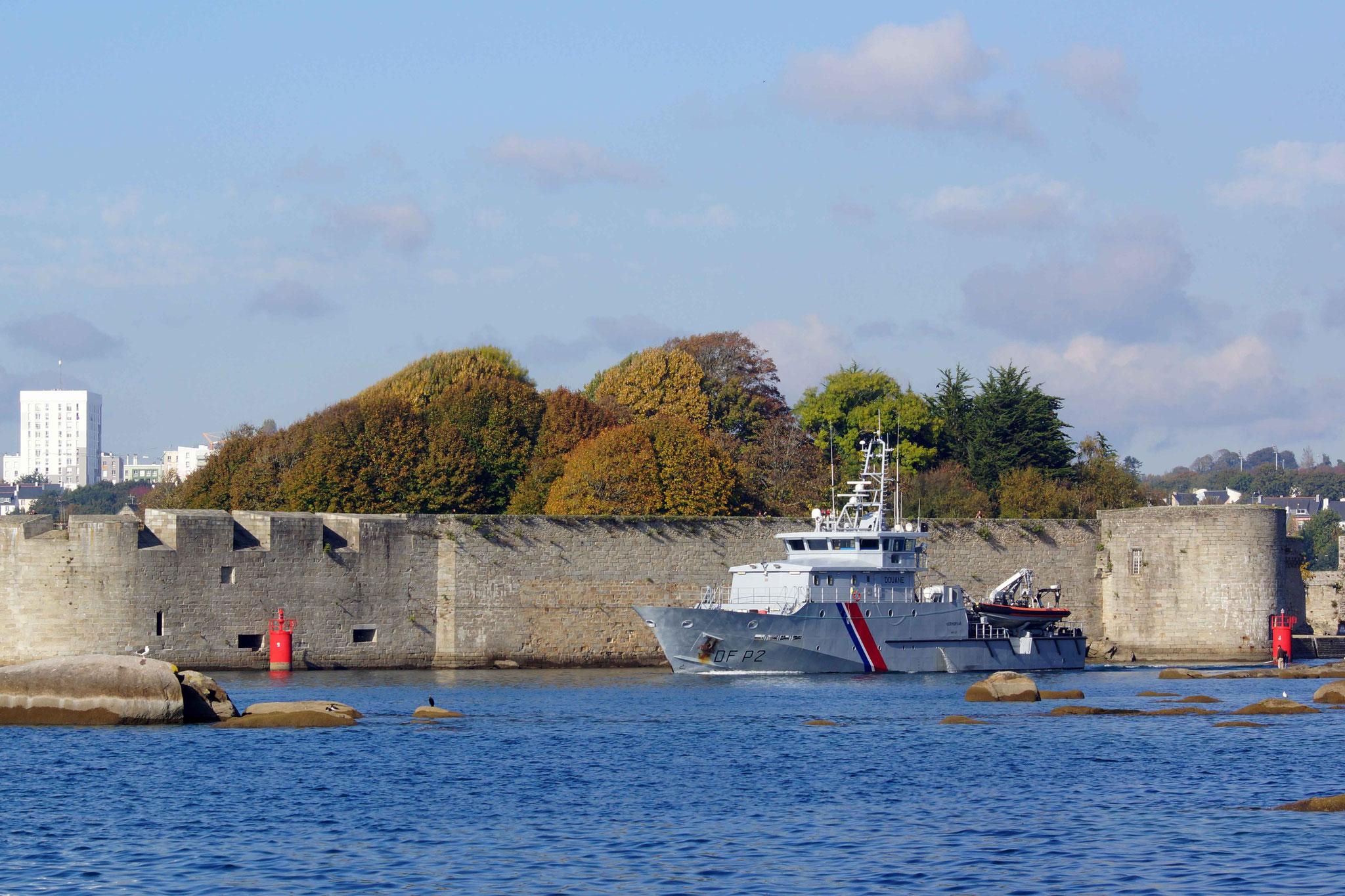 Le Kermorvan des Douanes navigant devant les remparts de Concarneau