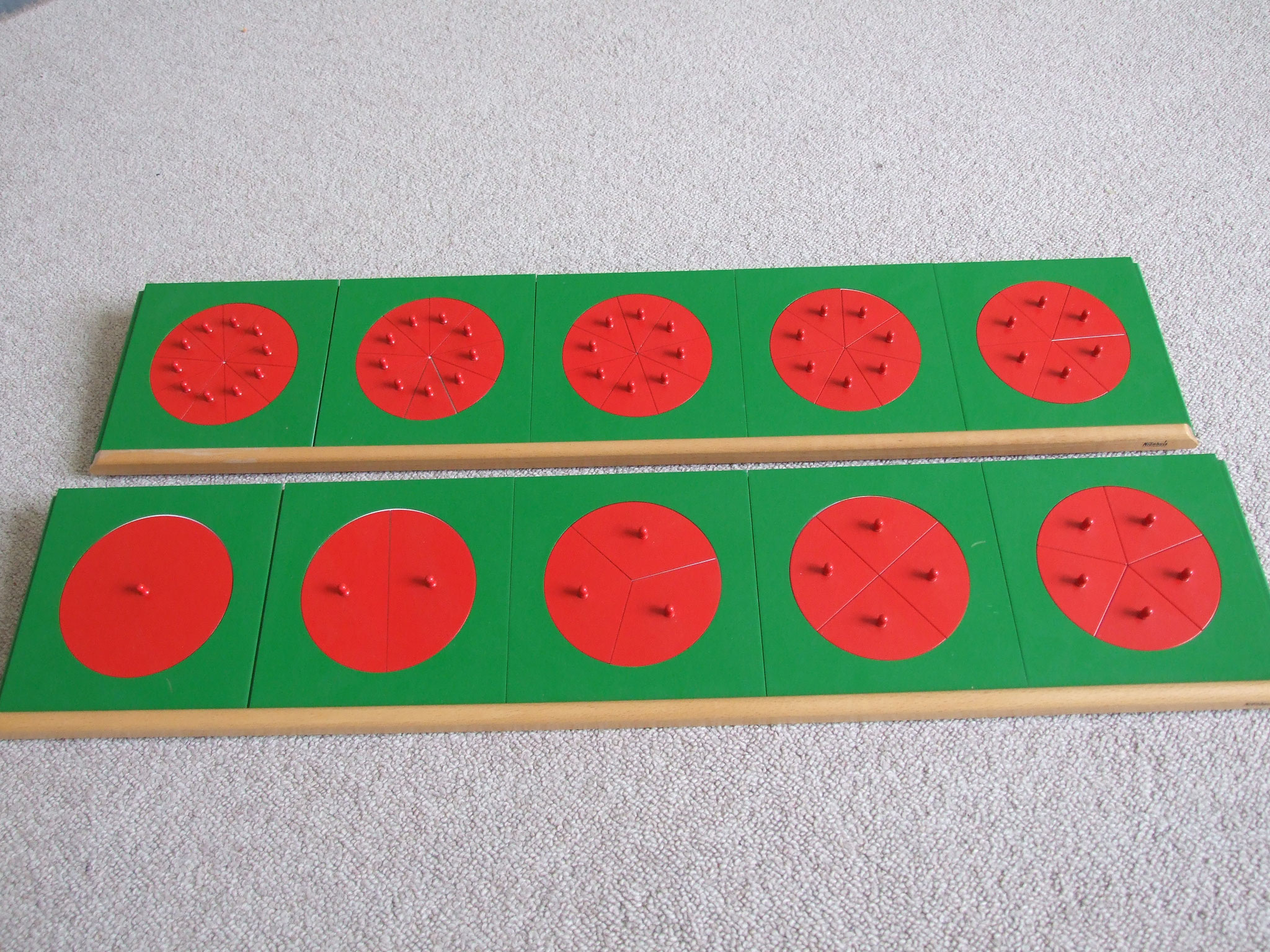 Bruchrechenmaterial, komplett (10 Bruchrechenkreise aus Metall, 2 Ständer, Kasten mit Bruchrechenkreisen aus Kunststoff, unterteilte Kegel für die Division durch Bruchzahlen)