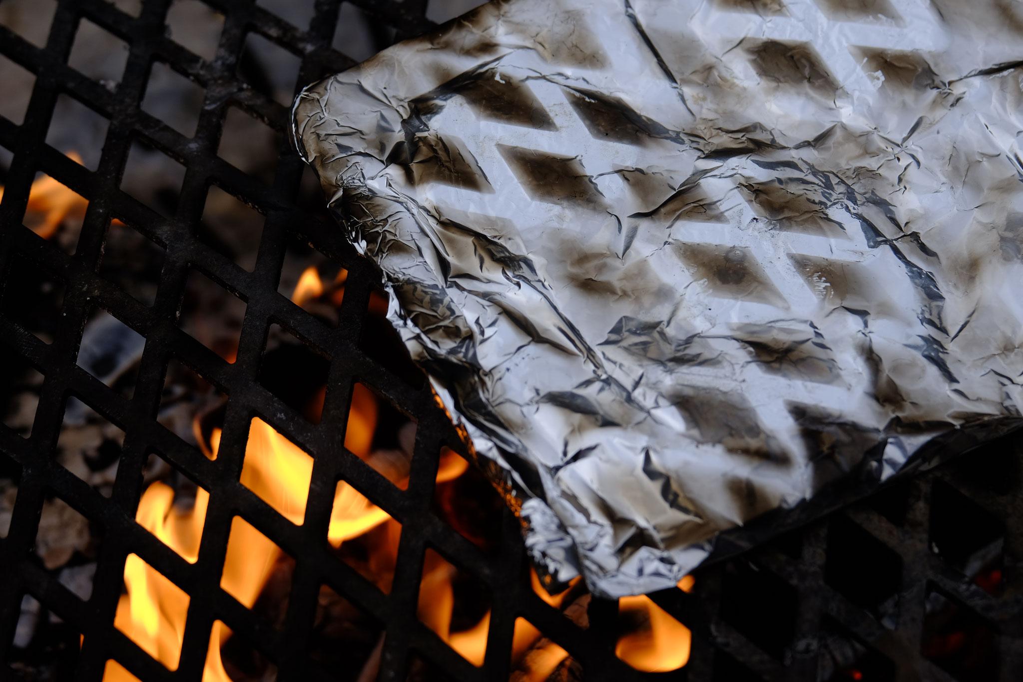 überm Feuer auch von oben in einem Päckchen abdecken, damit man sie wenden kann