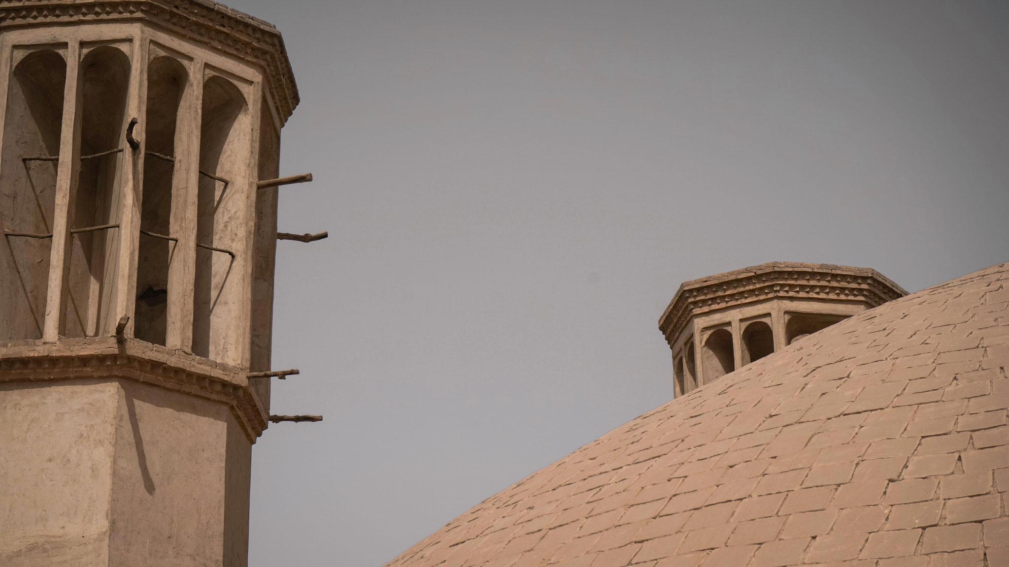 Windtürme, die ein Wasser-Reservoir kühlen in Yazd, Iran