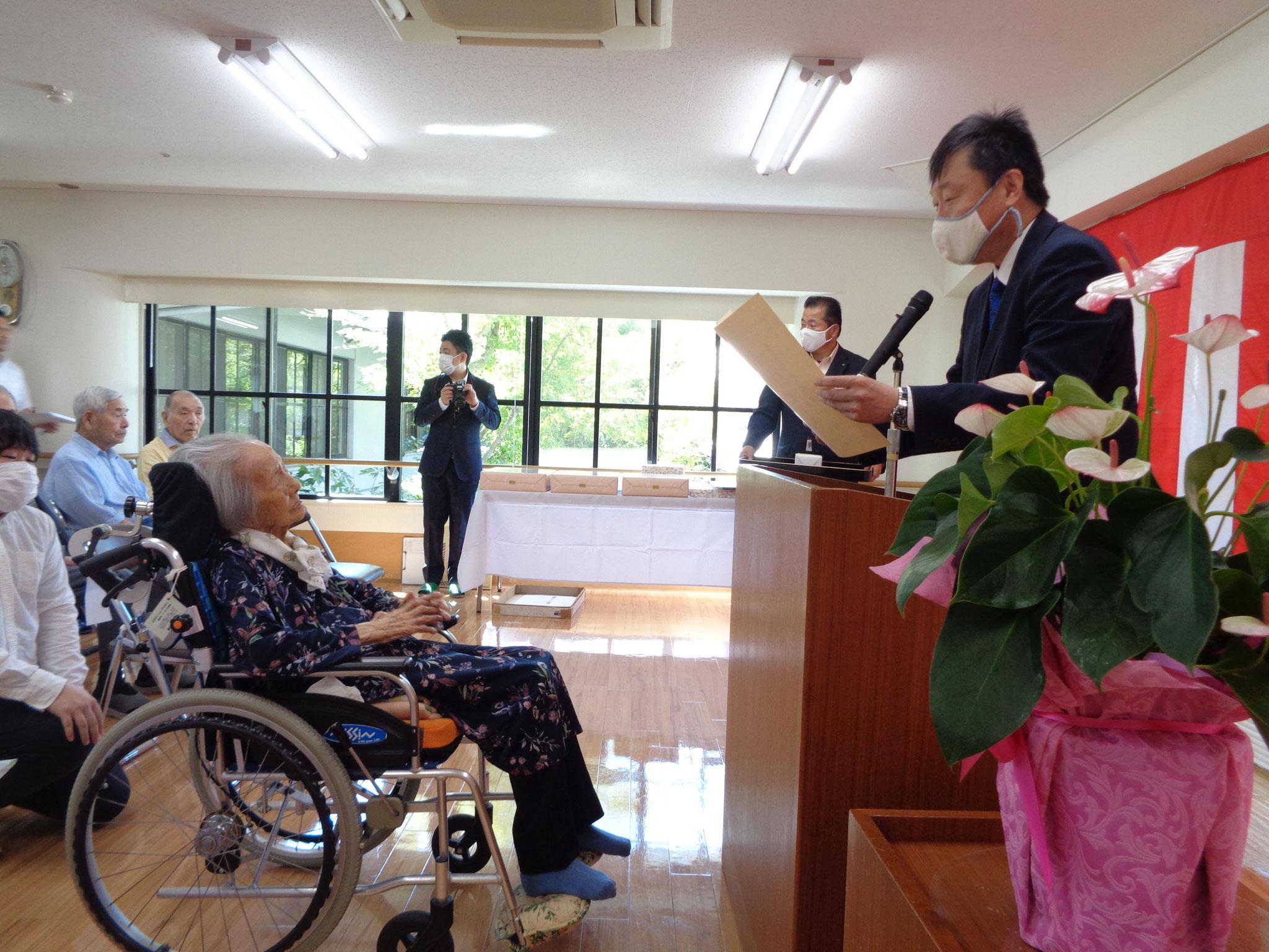 中山大刀洗町長様より100歳ご長寿の表彰を頂きました。