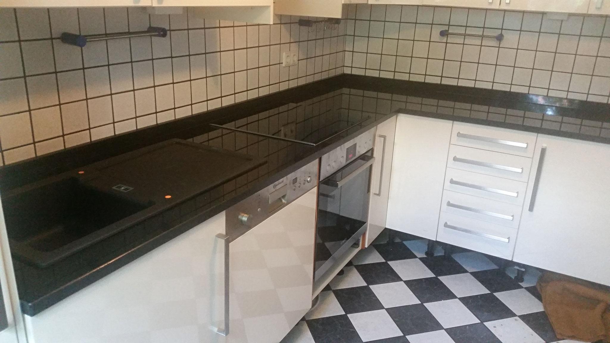 Küchenarbeitsplatte mit Leiste aus Nero Assoluto