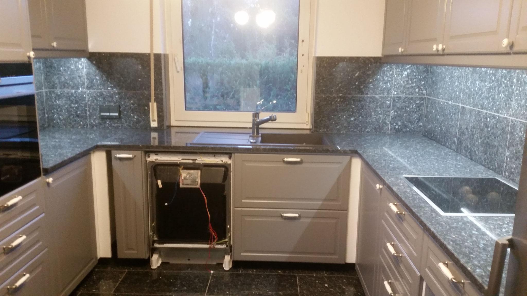 Küchenarbeitsplatte und Fliesenspiegel aus Labrador Blue Pearl GT