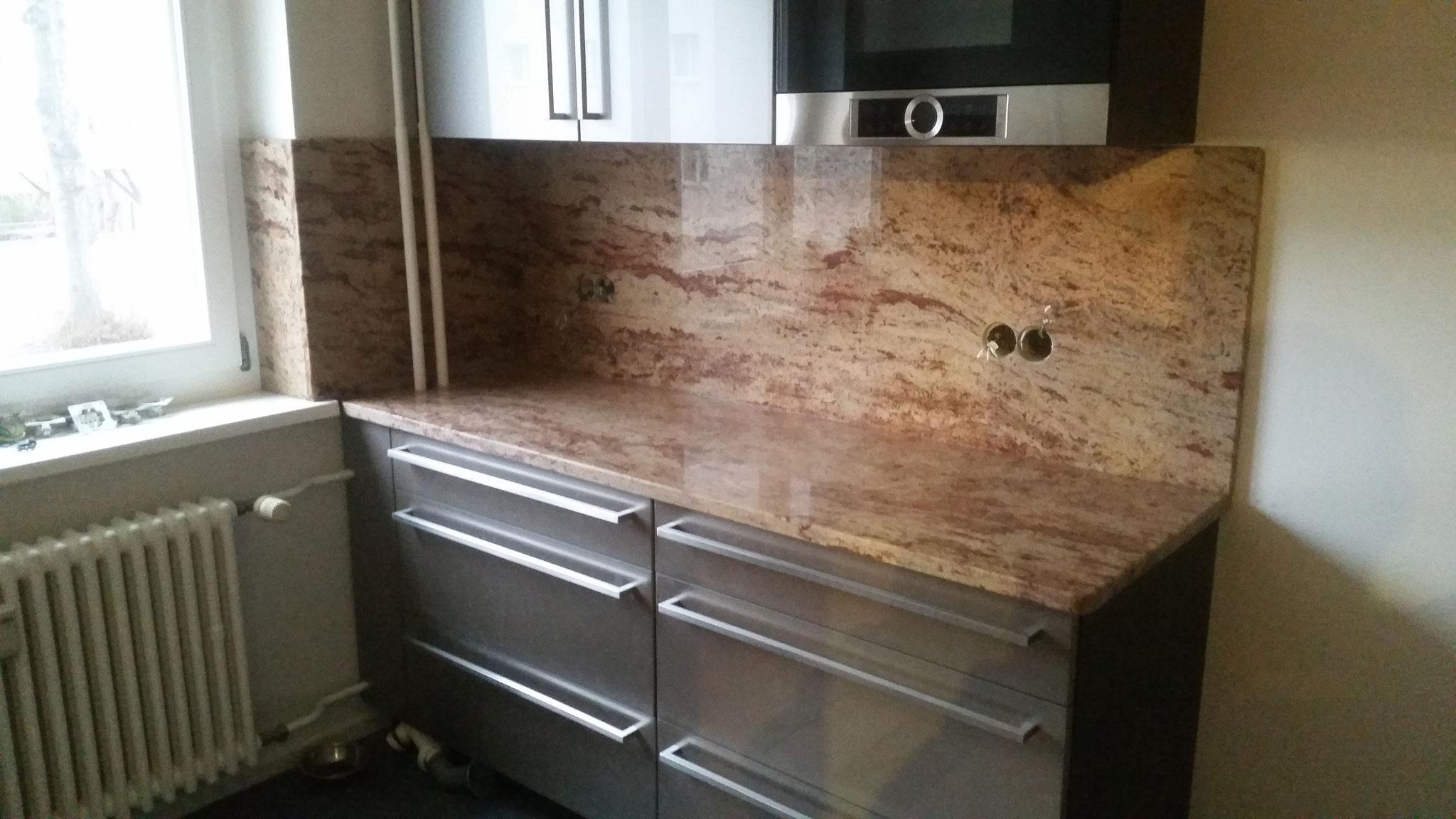 Küchenarbeitsplatte mit Rückwand aus Shivakashi