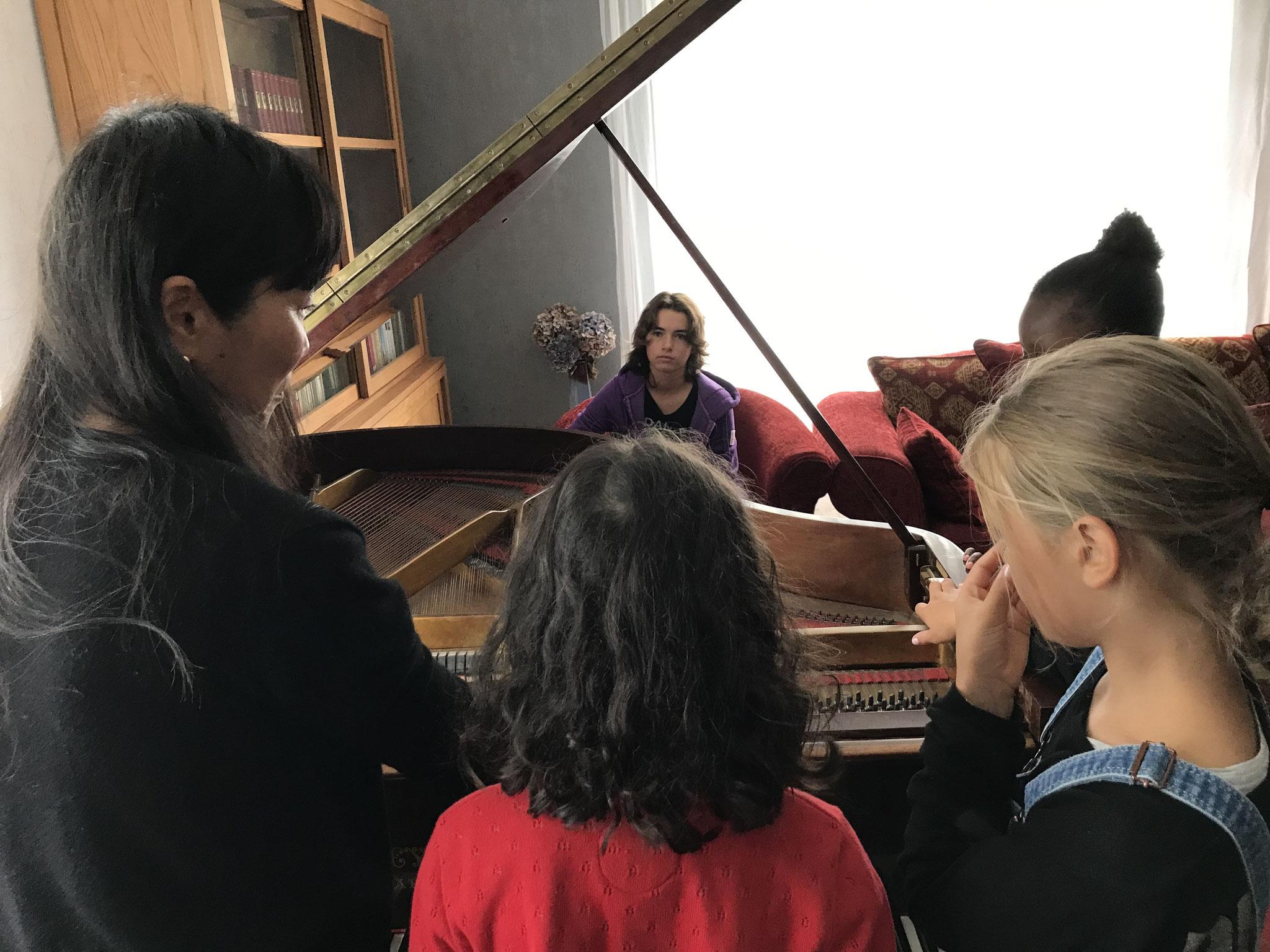 Examen du ventre du piano avec Nozomi