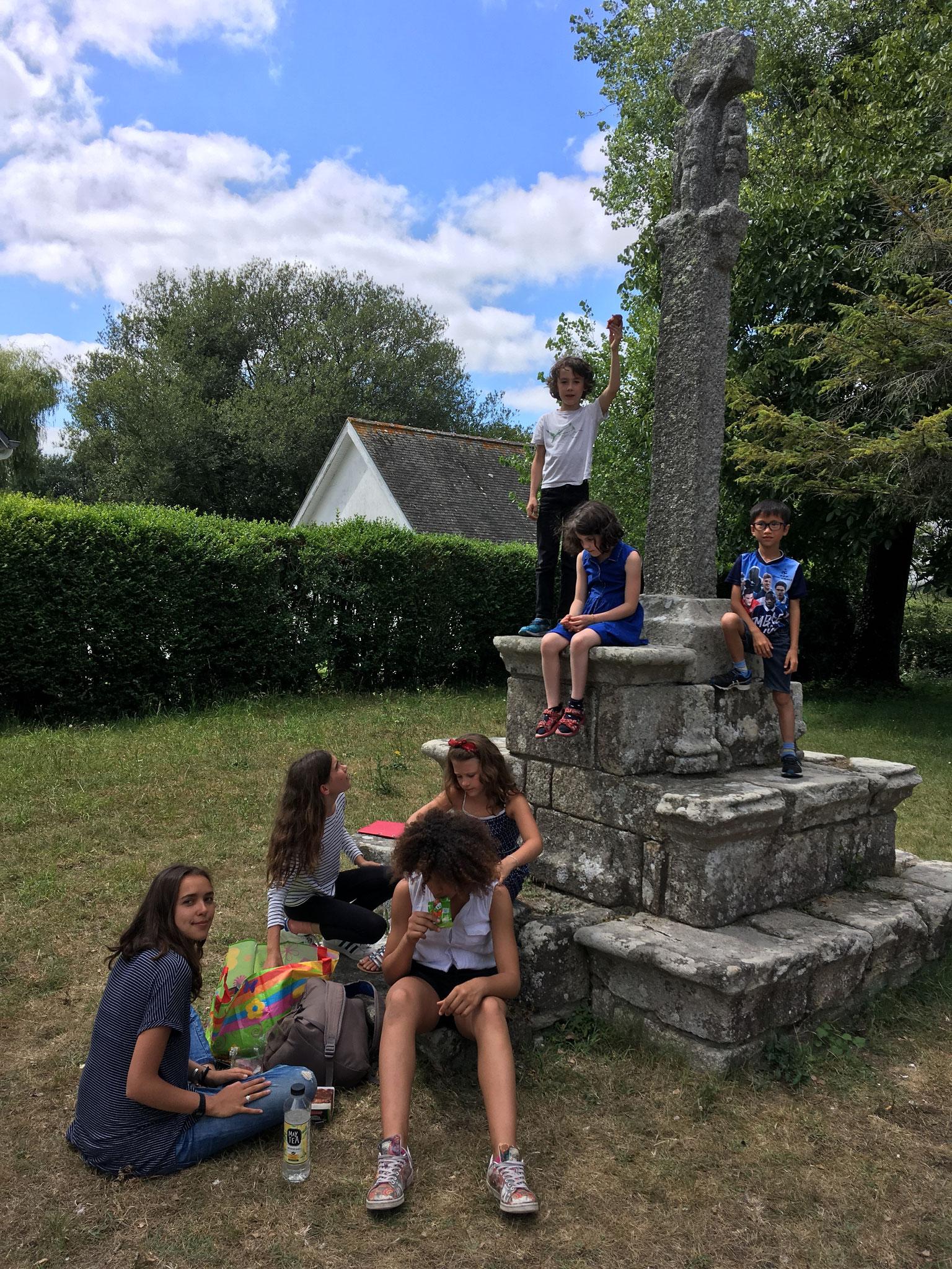 Mathilde et les enfants goûtent avant le concert