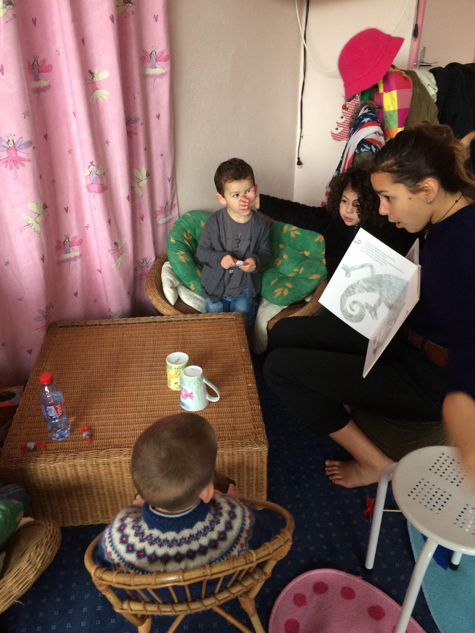 Mathilde raconte une histoire aux petits