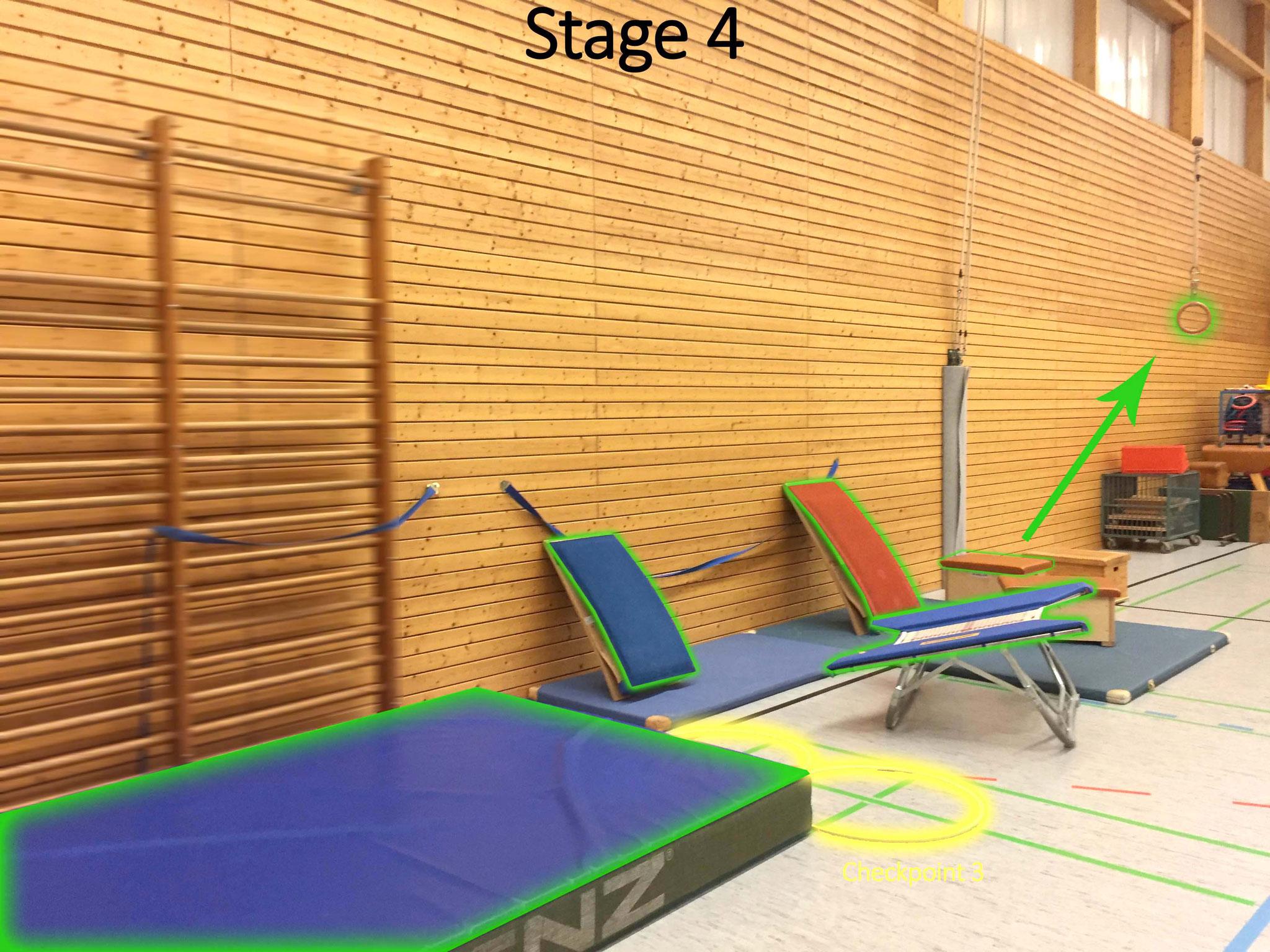 Hinter der dicken blauen Matte befindet sich Checkpoint 3. Von hier springst du von Objekt zu Objekt bis rüber zu dem kleinen Kasten.